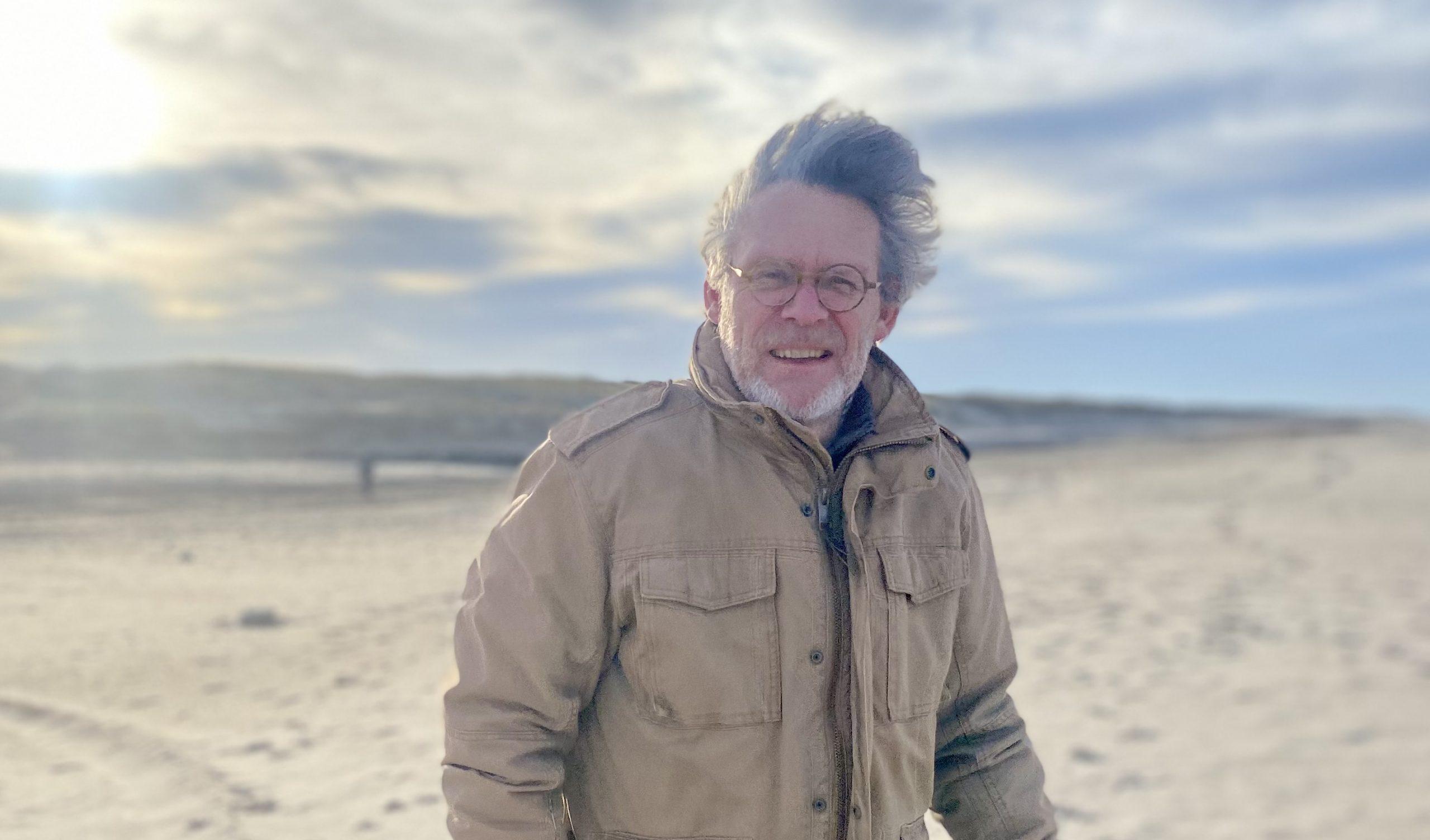 Formand for Rejsa er Jesper Hannibal, bureauchef og ejer af Hannibal Travel, der primært arrangerer oversøiske rejser. Her er han i blæsevejr på en dansk strand. PR-foto.