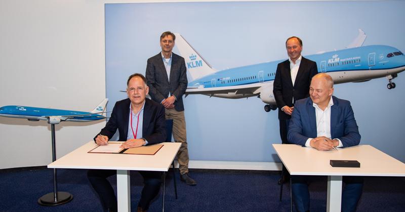 Jeroen Martron (t.v.) adm. direktør for Airtrade og Harm Kreulen, direktør for KLM Holland, underskriver aftalen. (Foto: Airtrade   PR)