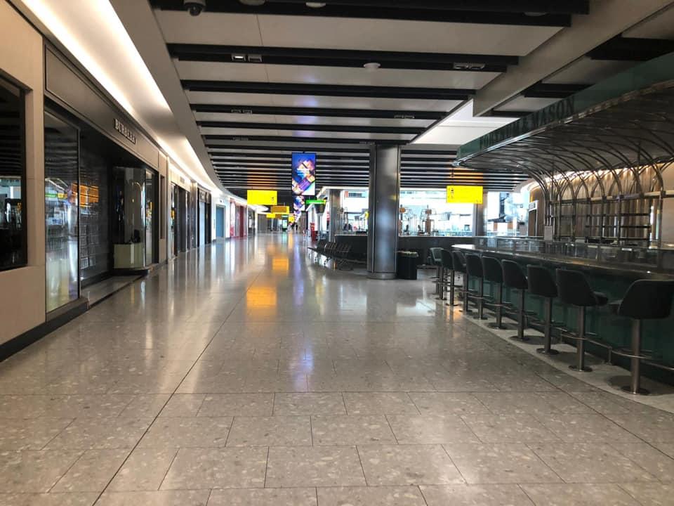 Den britiske transportminister lufter risikoen for, at Storbritannien først genåbner for udlandsferier når alle briter er færdigvaccineret. Det regnes i øjeblikket først at ville være sket til efteråret… Her en nærmest mennesketom terminal i London Heathrow. Linkedinfoto.