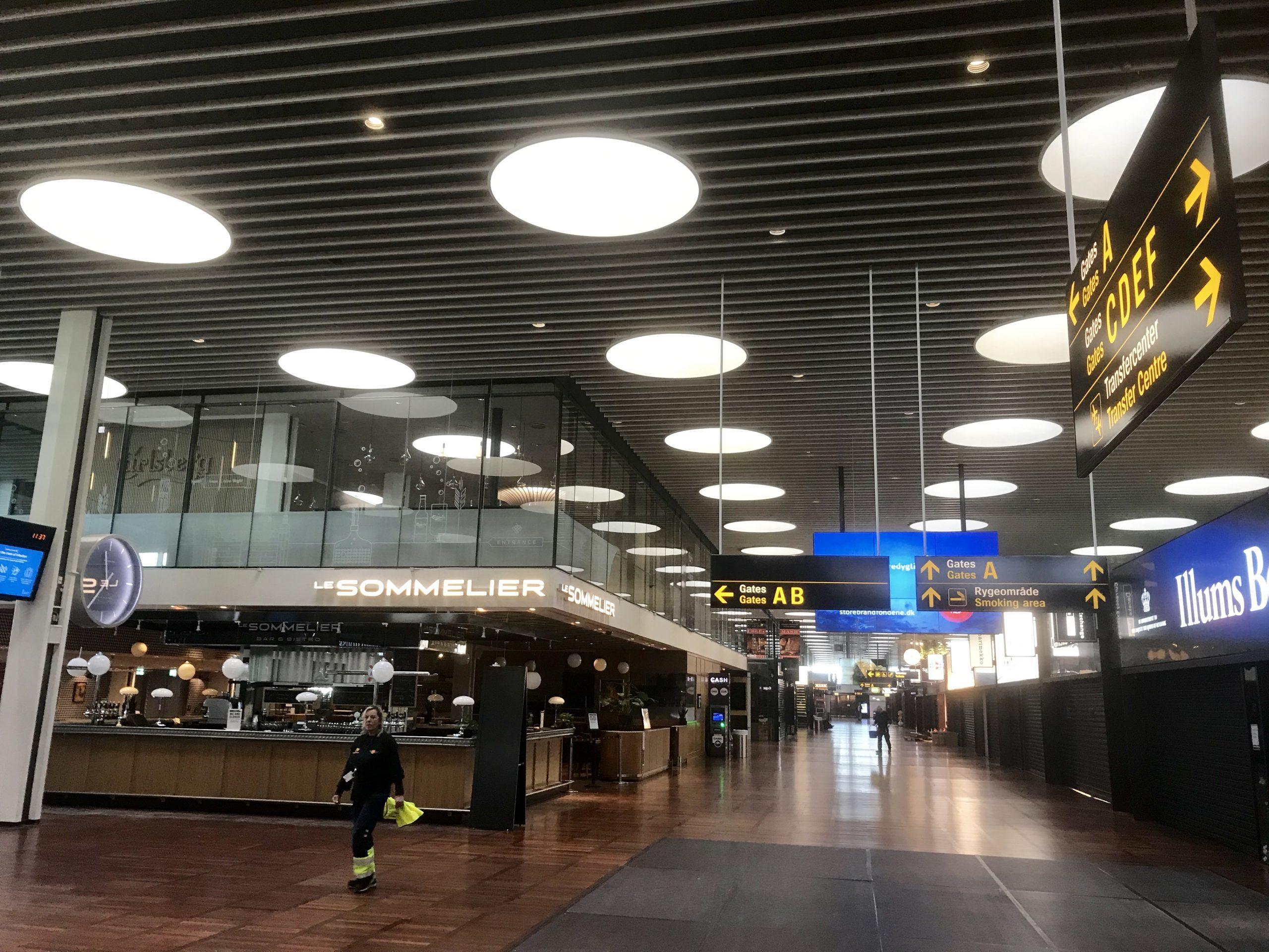 En næsten tom transithal i Københavns Lufthavn under coronakrisen. Fra starten af næste måned frygtes nye og mere smitsomme virusvarianter at udgøre cirka 80 procent af smittetilfældene i Danmark. Arkivpressefoto fra Københavns Lufthavn.