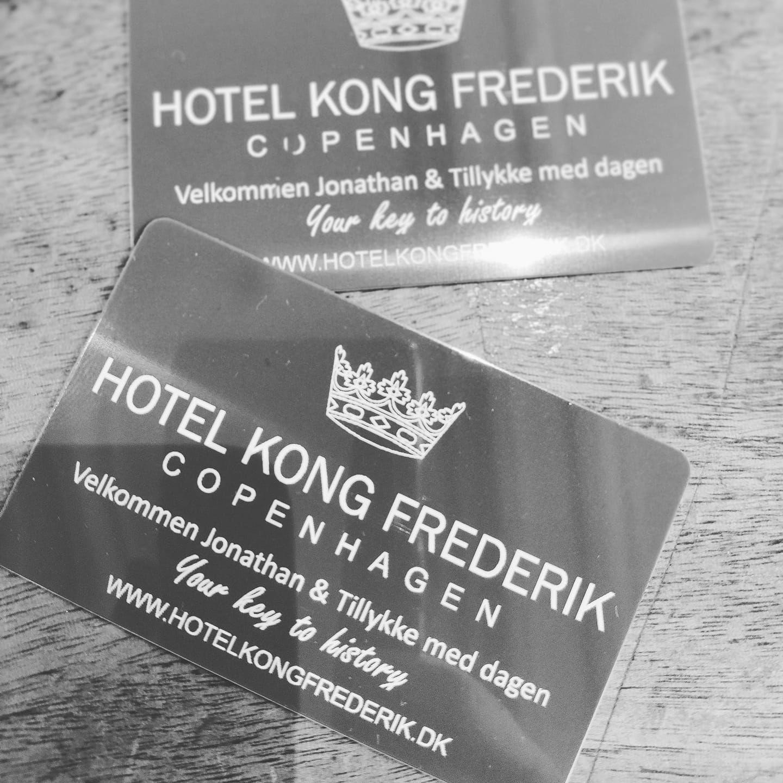 Det specielle nye tiltag fra Hotel Kong Frederik i København: personlige nøglekort med for eksempel gæsten eller gæsternes navn. Linkedinfoto.