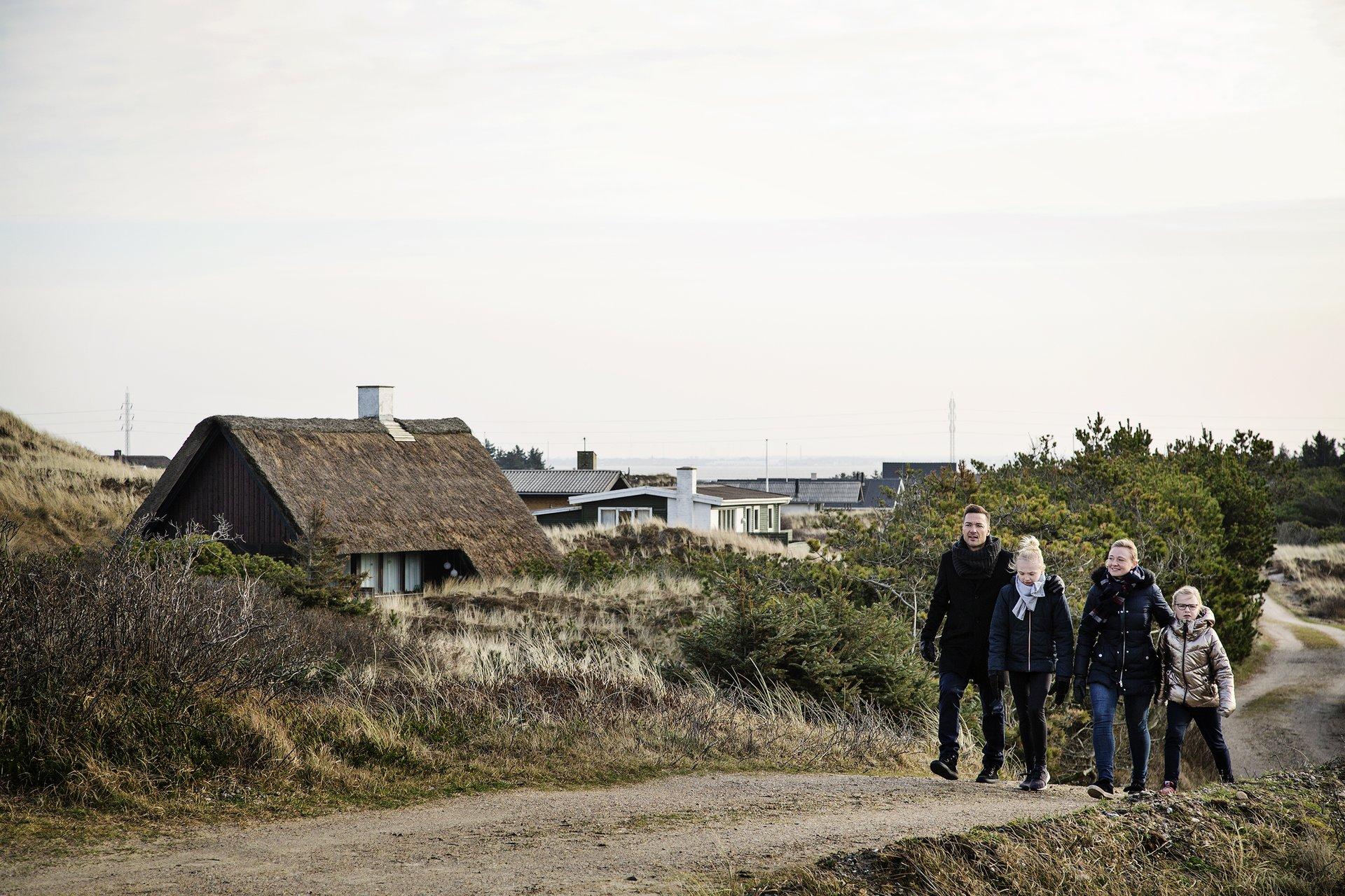 Med udsigt til fortsat lukkede landegrænser, har danskerne i år lejet dobbelt så mange ferie- og sommerhuse i vinter-, påske- og sommerferiemånederne som sidste år. Her er det Søndervig på den jyske Vestkyst. Arkivpressefoto via VisitDenmark: Mikkel Heriba.