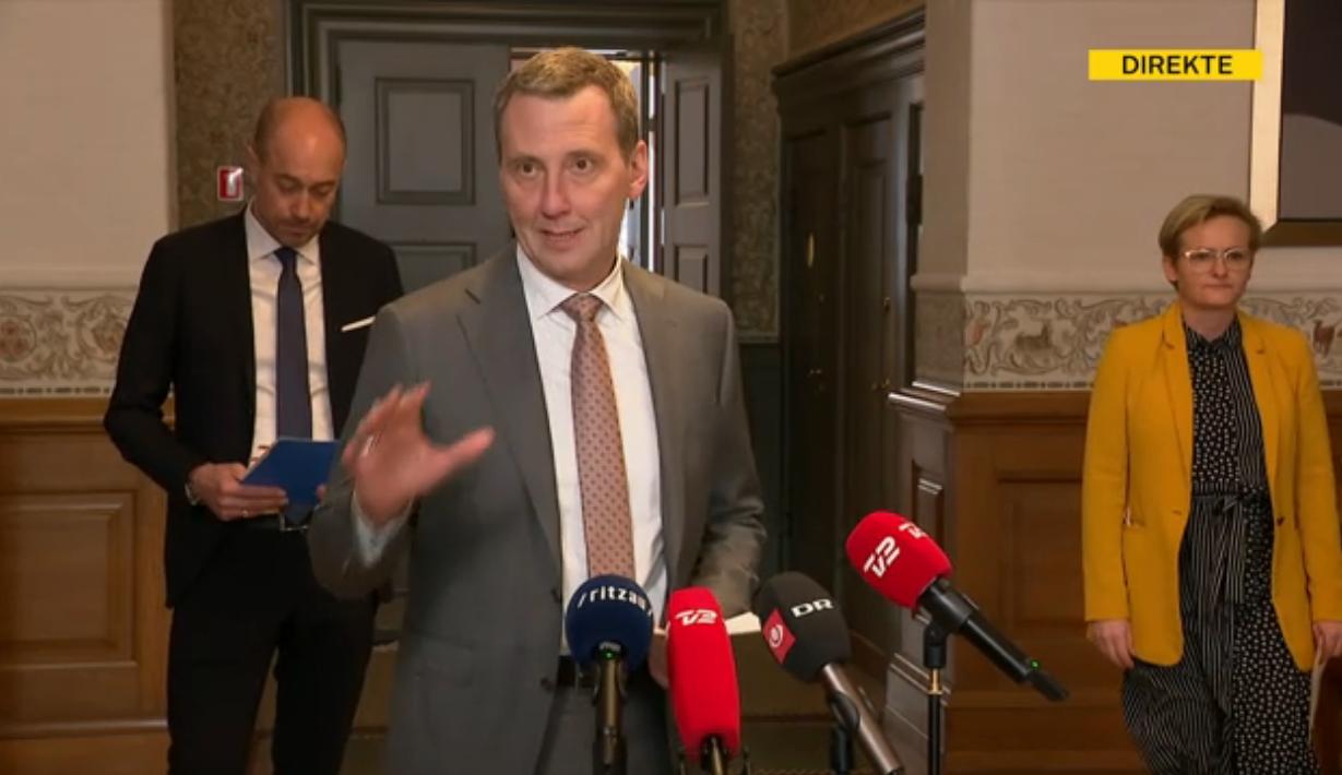 Justitsminister Nick Hækkerup, i forgrunden, præsenterede genåbningsplanen med børne- og undervisningsminister Pernille Rosenkrantz-Theil og sundhedsminister Magnus Heunicke. Skærmfoto.