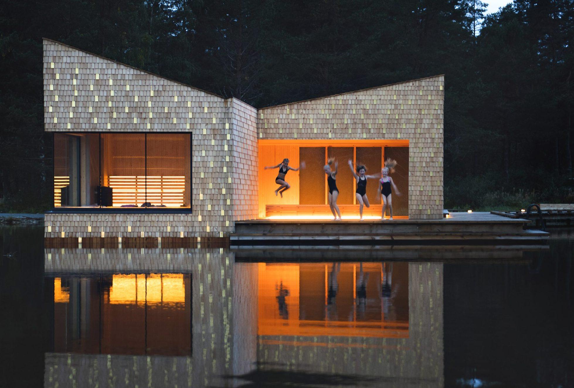 Den flydende Soria Moria-sauna i norske Telemarken er blandt de nye tiltag på dette område. Pressefoto for VisitNorway: Dag Jenssen.
