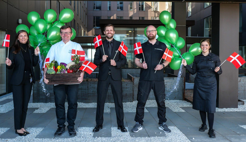 Medarbejdere fra Comwell markerer, at den danske hotelkæde igen har vundet en bæredygtighedspris. PR-foto fra Comwell Hotels.