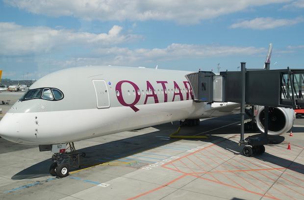 Det bliver en Airbus A350-1000 som denne fra Qatar Airways, der til februar er booket af dansk rejsebureau for at flyve direkte mellem København og Maldiverne. Her versionen i Københavns Lufthavn, den er blandt andet udstyret med Qsuites, så de 46 passagerer i C-klasse kan rejse ekstra komfortabelt. Arkivfoto: Jan Aagaard.
