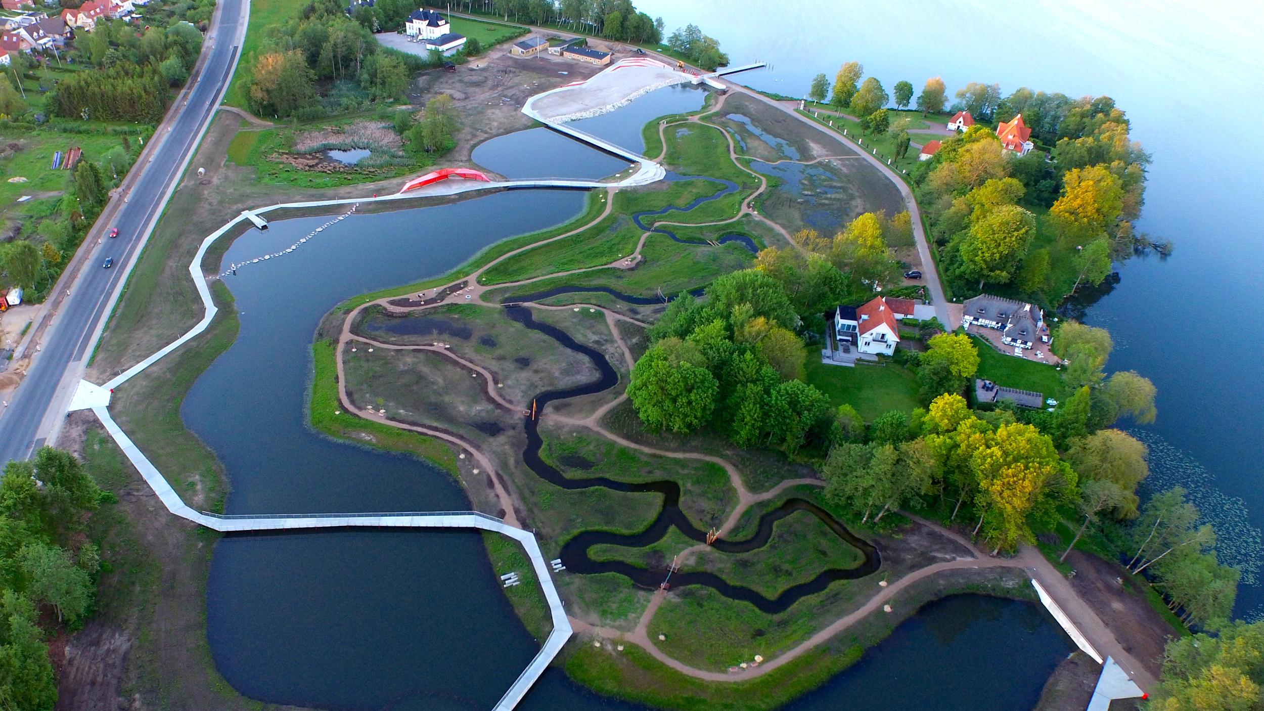 Sønæs-projektet i Viborg kombinerer rensedam med et rekreativt parkområde, så der både er plads til mere regnvand og til ophold, leg og læring. Foto via Dansk Kyst- og Naturturisme, Kenneth Armitzbøll.