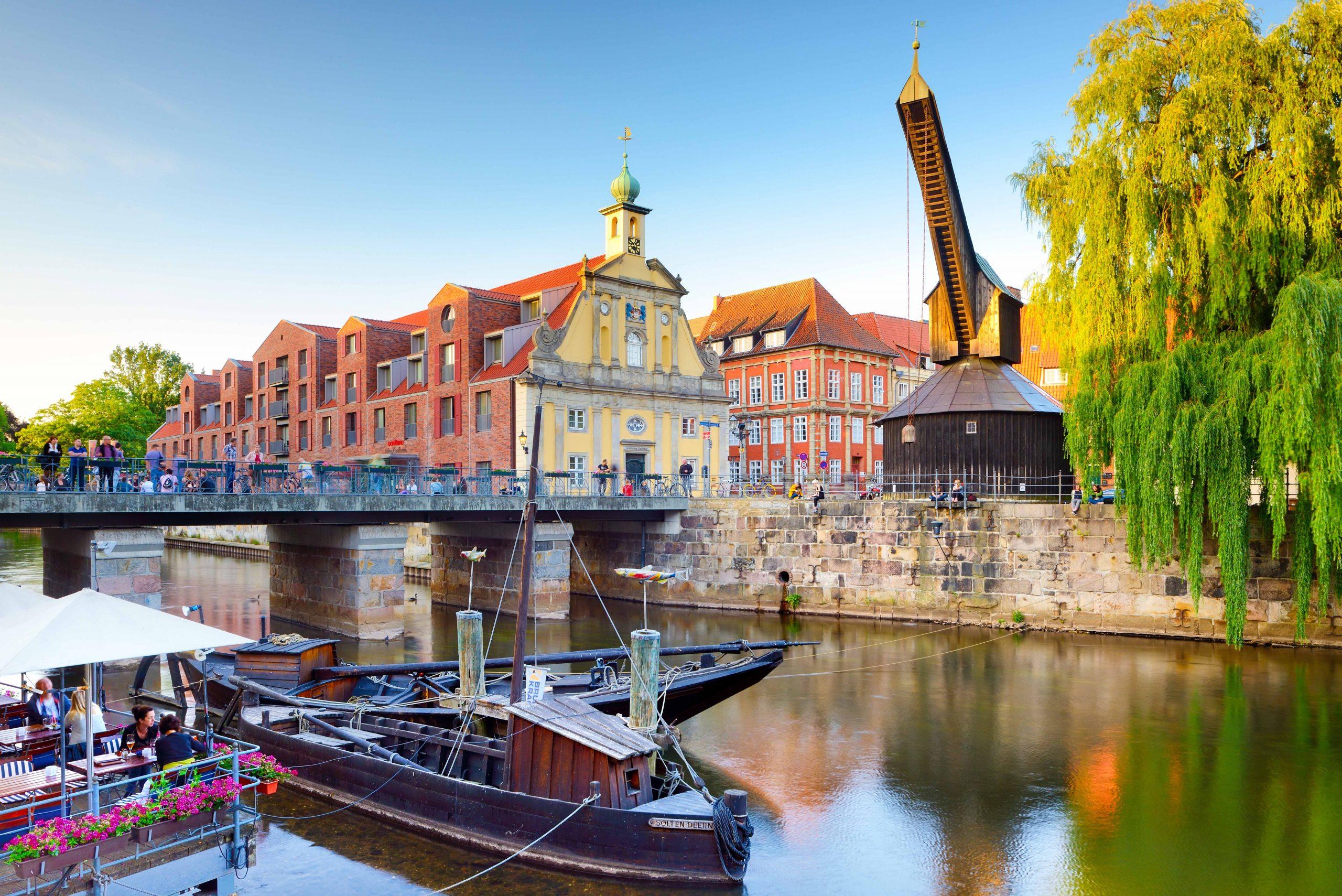 Lüneburg er blandt attraktionerne i Niedersachsen. Historisk kyndige ved, at det var på Lüneburger Heide, at tyskerne under Anden Verdenskrig overgav sig i blandt andet Danmark til den britiske feltmarskal Montgomery. Pressefoto fra Deutsche Zentrale für Tourismus: Francesco Carovillano.