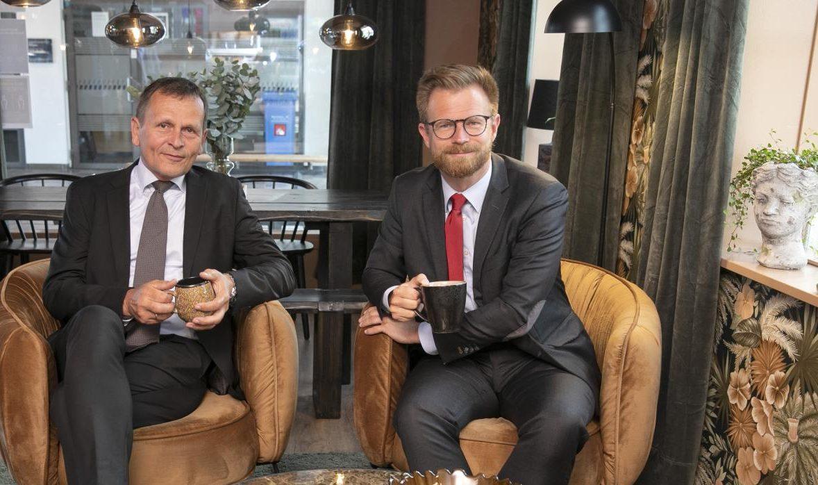 DSB skal rationalisere for 125 millioner kroner om året frem mod 2024. Arkivpressefoto med DSB's administrerende direktør, Flemming Jensen, til venstre, og transportminister Benny Engelbrecht. Foto for DSB: Bjarke Ørsted.