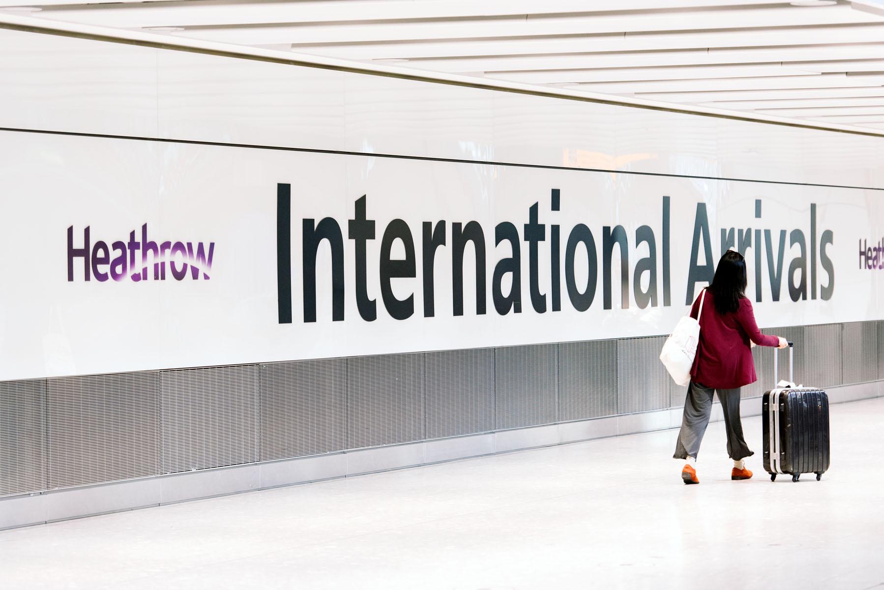 Fra i bedste fald slutningen af maj begynder Storbritannien at genåbne sine grænser – både så briterne kan rejse ud, men også så udenlandske turister atter kan komme på besøg. Arkivpressefoto fra London Heathrow Airport.