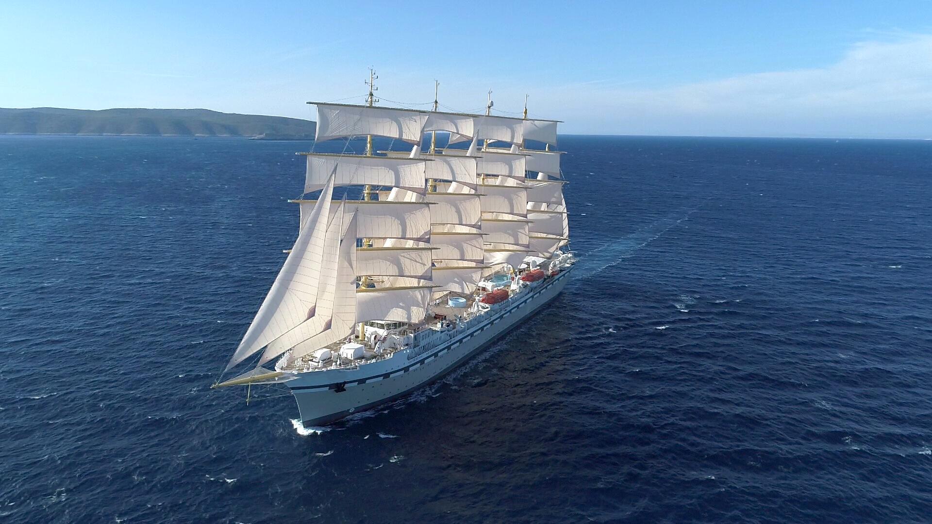 Verdens største sejlskib til krydstogter, Golden Horizon, vil sidst i august være fire dage i danske farvande. PR-foto.