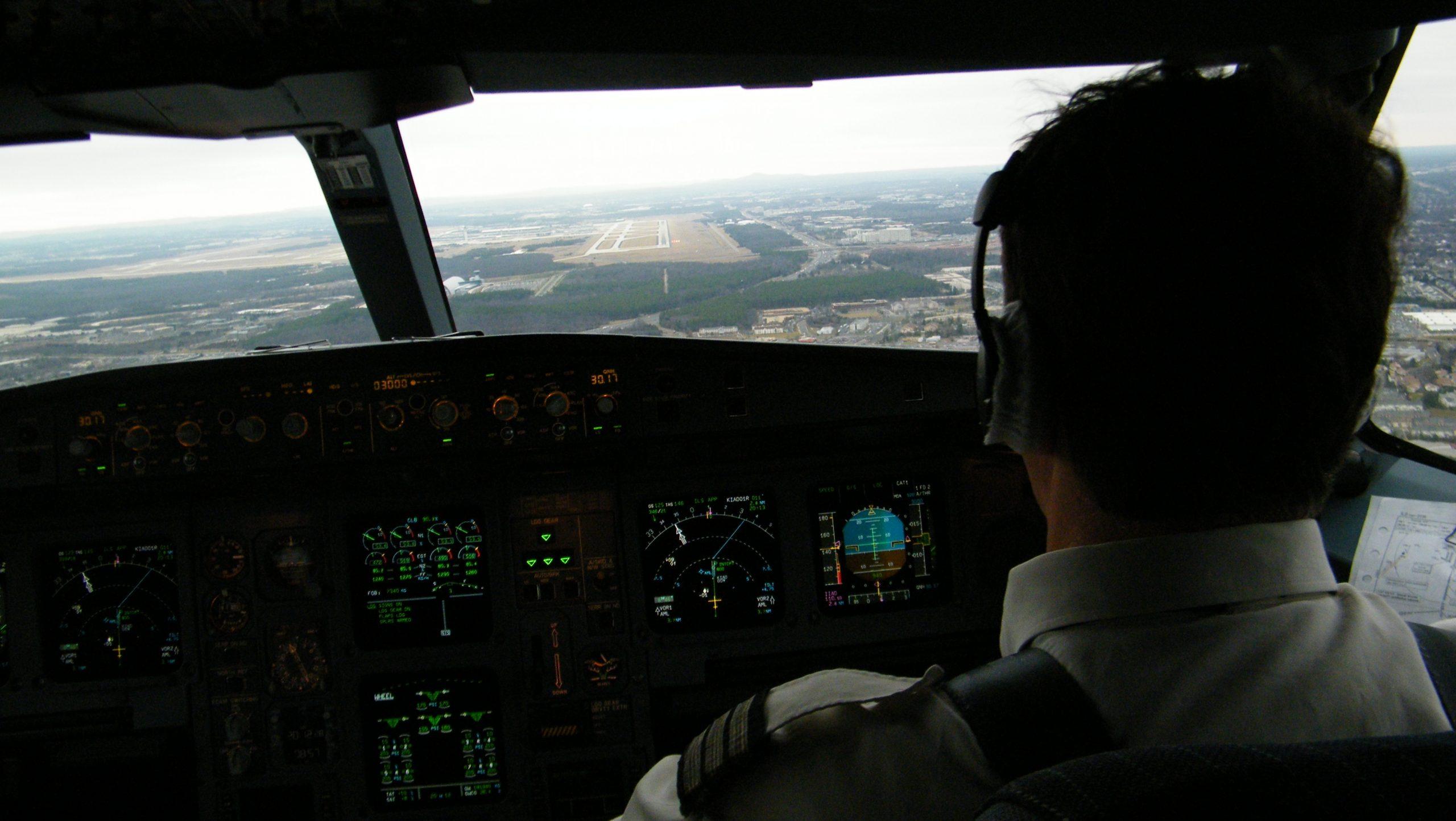 Få flyselskaber har spenderbukserne på når det gælder provision til rejsebureauer for at sælge deres billetter. Der gælder også SAS, der nu sænker kommissionen til en række rejsebureauer i Europa. Arkivfoto med SAS-fly på vej til landing i Helsinki, foto: Henrik Baumgarten.