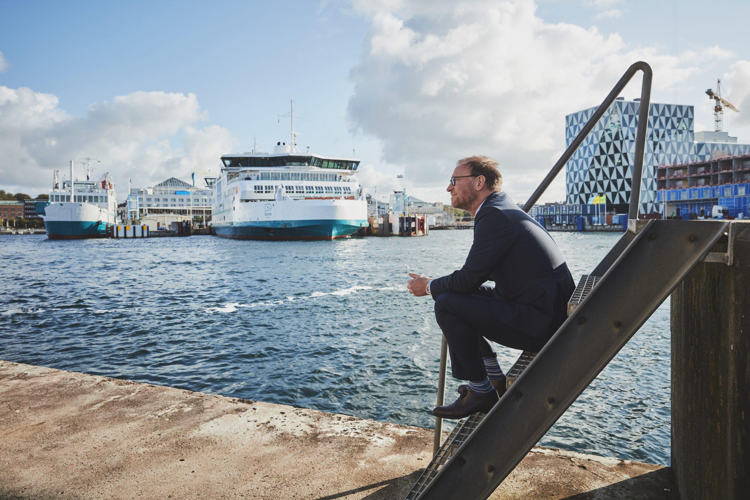 ForSea Ferries, der sejler mellem Helsingborg og Helsingør, ser igen stigende trafiktal. Her sidder rederiets administrerende direktør, Kristian Durhuus, på kajen. Under normale omstændigheder har ForSea 100 daglige afgange på ruten. PR-foto: ForSea Ferries.