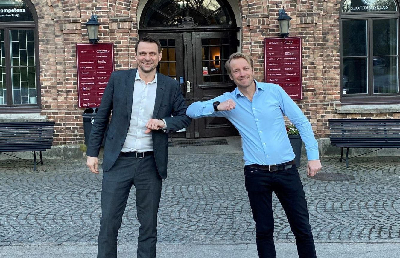 Michael Holst Andersen, til venstre, administrerende direktør for danske TravelOperations, med sin nye kollega, Markus Zetterberg, direktør for svenske Scandisys. PR-foto fra TravelOperations.