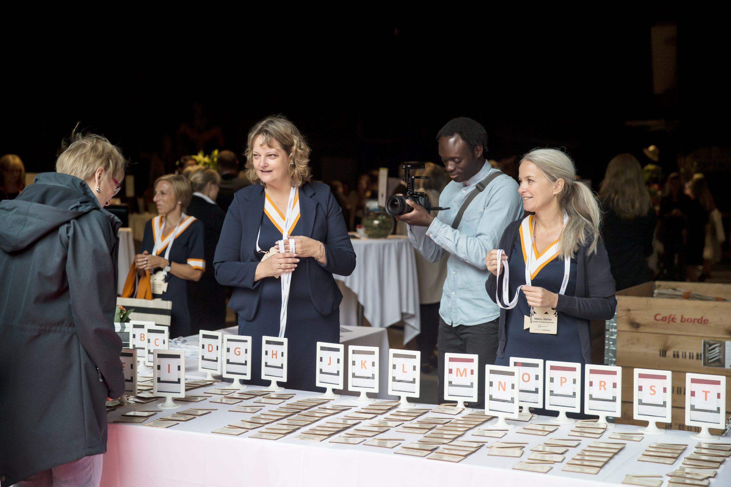 Dansk Industri ønsker allerede fra næste uge forsamlingsloftet hævet fra de nuværende fem til 25, og helt afskaffes til sommer. Blandt HORESTA's ønsker til genåbning er afskaffelse af kravet om coronapas ved udendørs servering. Arkivpressefoto fra Danske Konferencecentre.