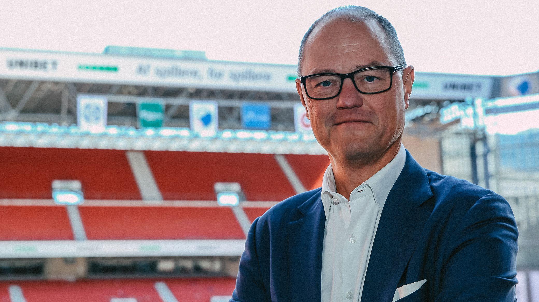 Allan Agerholm på sin nye hjemmebane, Parken, hvor han som nyvalgt bestyrelsesformand skal hjælpe Parken Sport & Entertainment komme ud af coronakrisen, der også har ramt PS&E-koncernen. Pressefoto: Andreas Højberg, FCK.DK