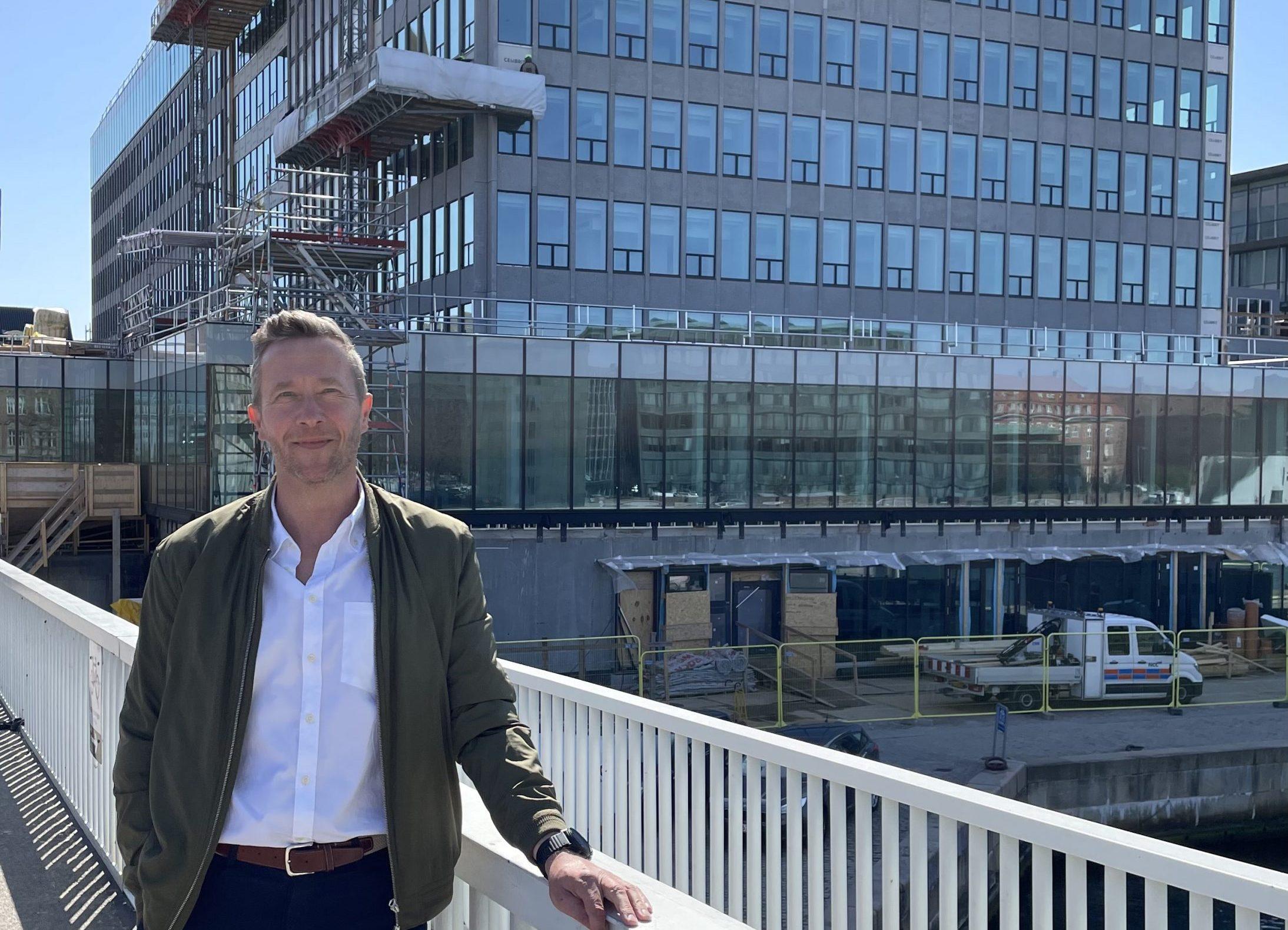 Anders Duelund foran det kommende femstjernede hotel, NH Collection Copenhagen, der fuldt bemandet bliver arbejdsplads for op mod 200 medarbejdere. Privatfoto.