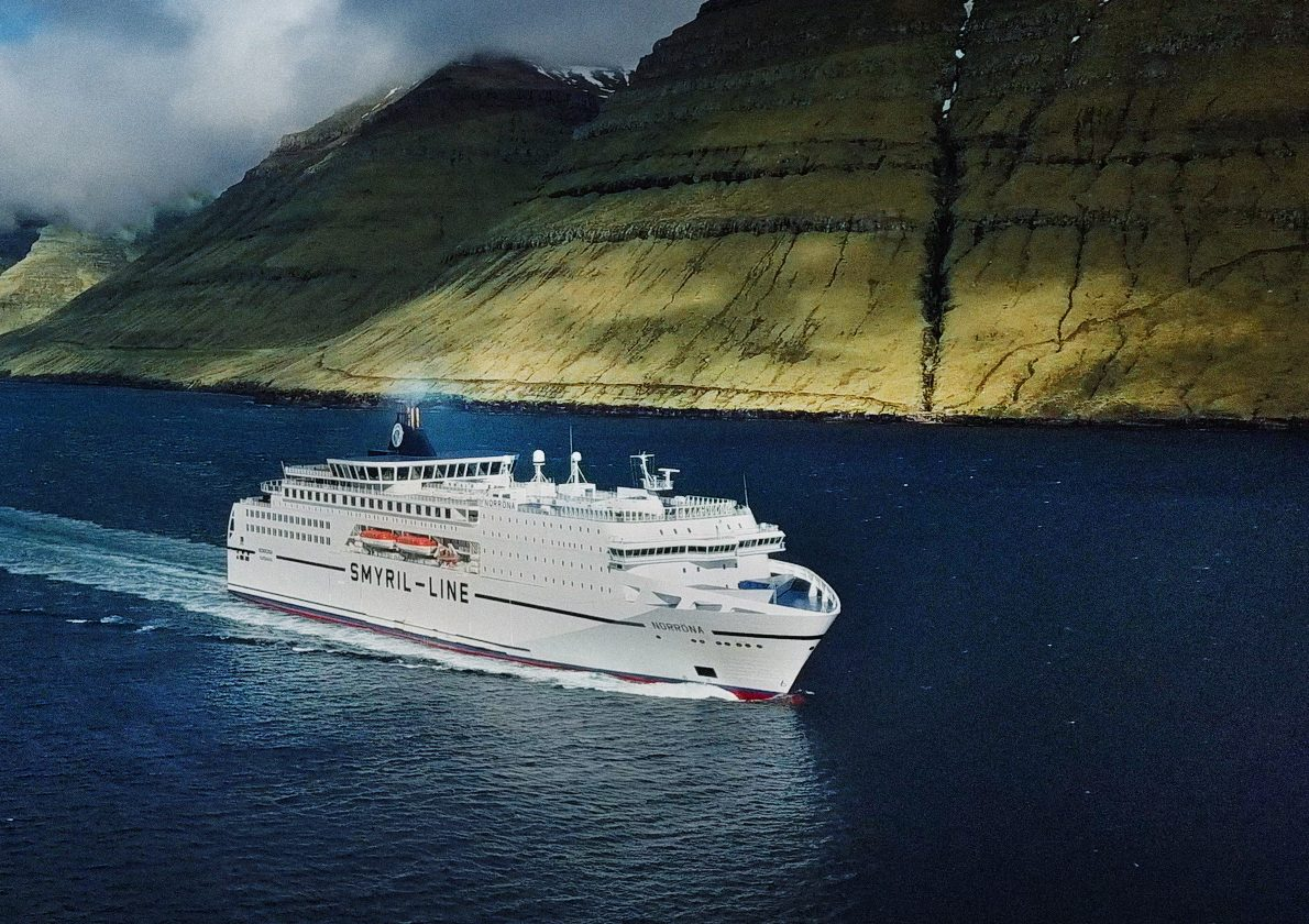 Søvejen er en måde at komme til Færøerne på. MS Norröna fra Smyril Line, der hele året sejler fra Hirtshals til Færøerne, blev tidligere i år opgraderet med et dæk, der blandt andet gav yderligere 50 kahytter så der nu er 370. Pressefoto via Visit Faroe Islands.
