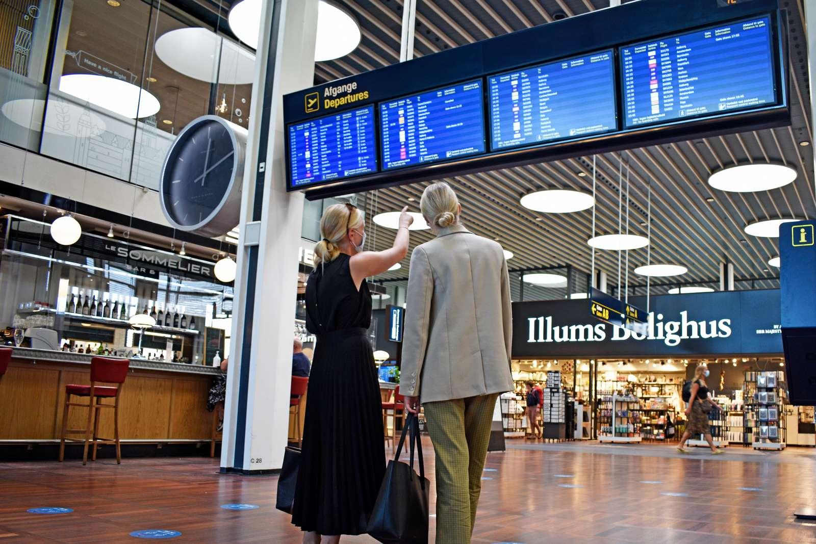 Nu skal færdigvaccinerede med bopæl i Danmark ikke mere i karantæne ved hjemkomsten fra gule og orange lande. Men med de fortsat primært orange danske rejsevejledninger, er der indtil videre ikke så mange flyafgange at kigge efter. Arkivpressefoto fra Københavns Lufthavn.