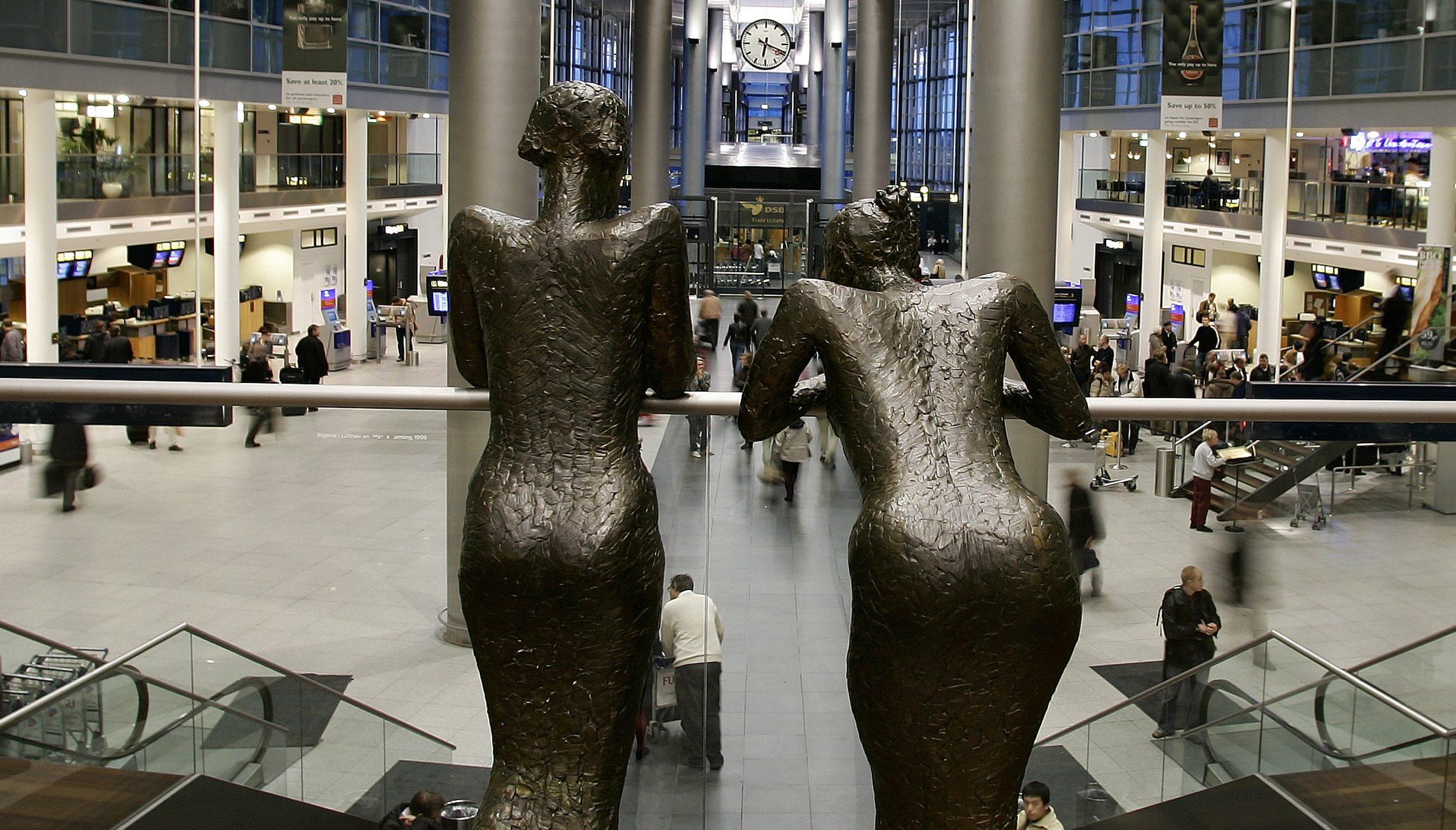 Også skulpturen med kvinderne i Københavns Lufthavn har under coronakrisen måtte kigge langt efter amerikanske turister. Nu kan de færdigvaccinerede så småt være på vej tilbage. Arkivpressefoto: Københavns Lufthavn.