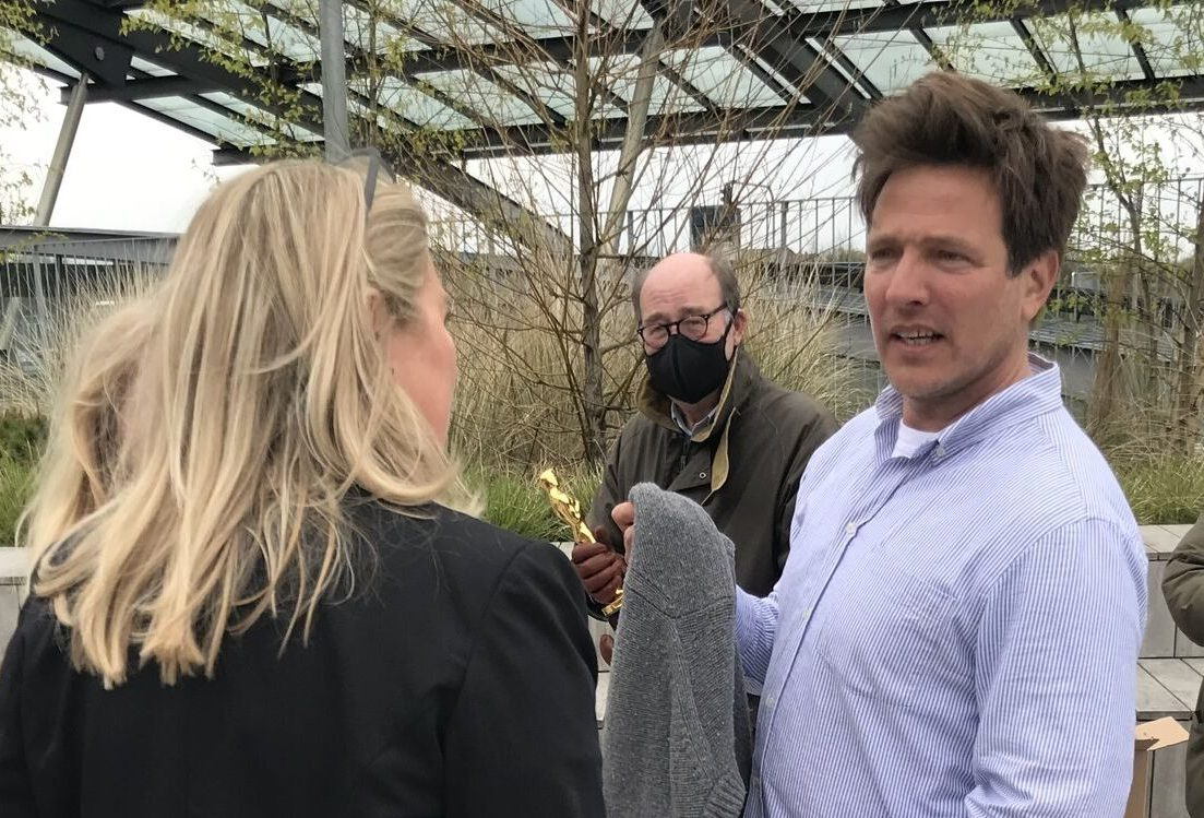 Thomas Vinterberg med Københavns Lufthavns VIP-chef, Susanne Frank, med ryggen til. Manden i baggrunden holder Oscar-figuren. Foto: Københavns Lufthavn.