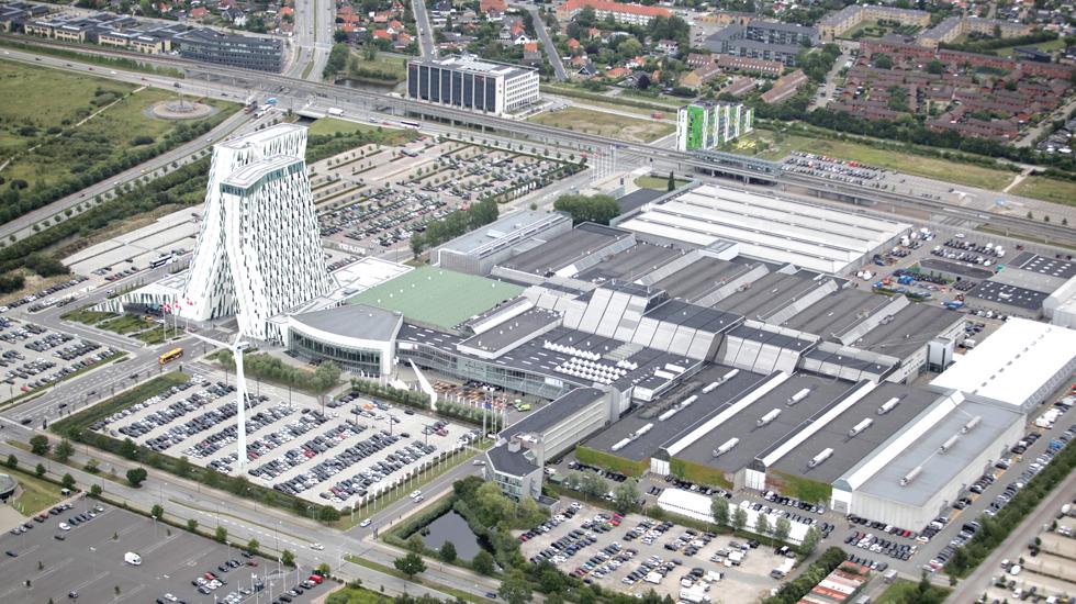 BC Hospitality Group er sat til salg, koncernen tæller udover selve Bella Center blandt andet også driften af tre store københavnske hoteller, et af dem, Bella Sky med de to skæve tårne, ses til venstre i billedet. PR-foto fra Bella Center.