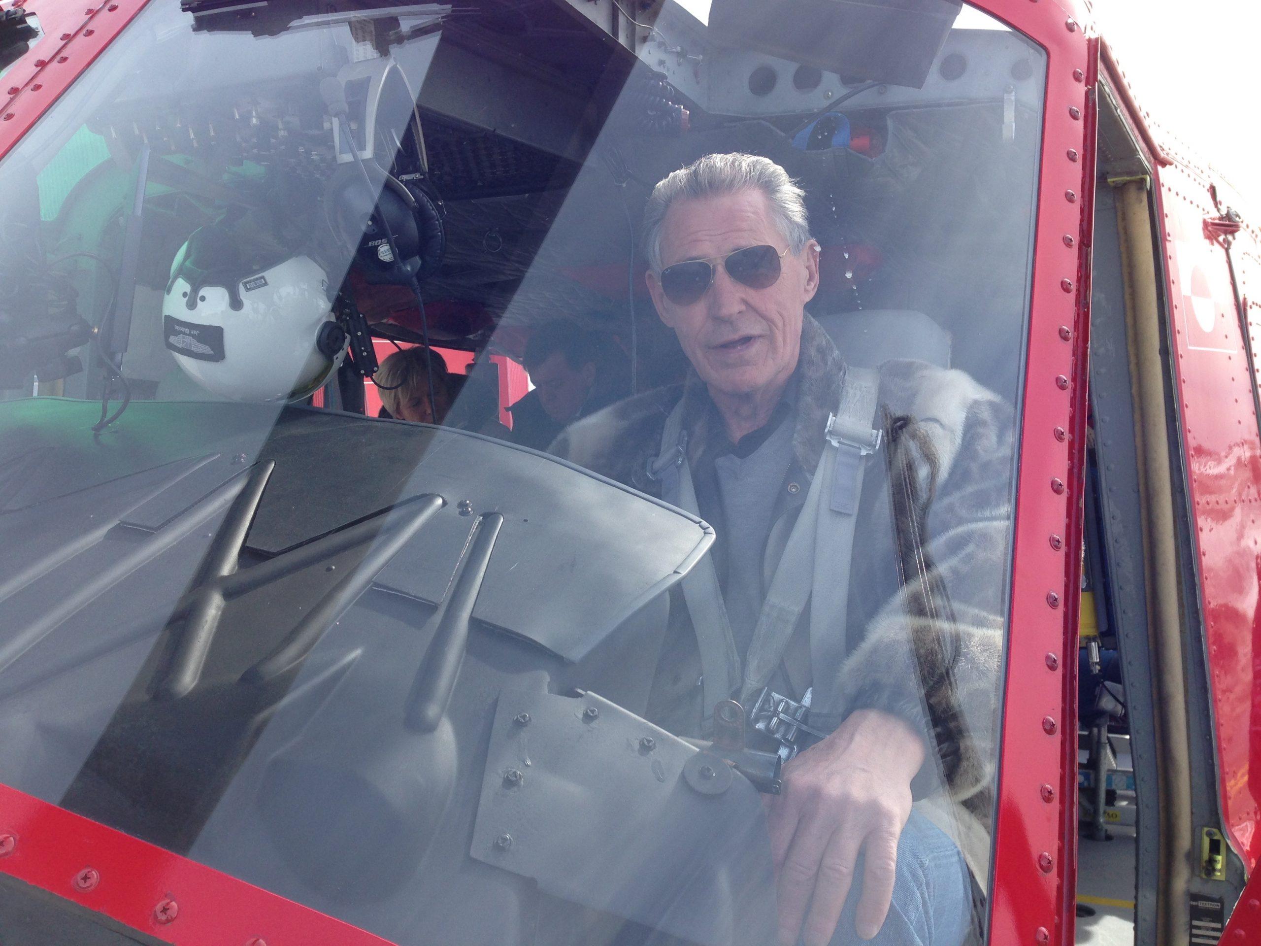 Carl Juhl, kendt for sit virke gennem 45 år i grønlandsk turisme, er død i en alder af 77 år. Her i en helikopter fra Air Greenland i sit elskede Grønland. Foto: Nicolai J Nissen.