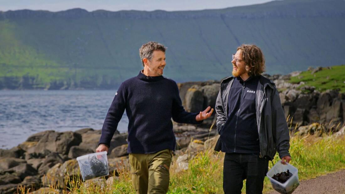 Kronprins Frederik havde fem dage på Færøerne, alle med solskin. Her er han med den færøske mesterkok, Paul Andrias Ziska, køkkenchef på Restaurant Koks, der har to Michelin-stjerner. Foto for DR: Morten Krüger.