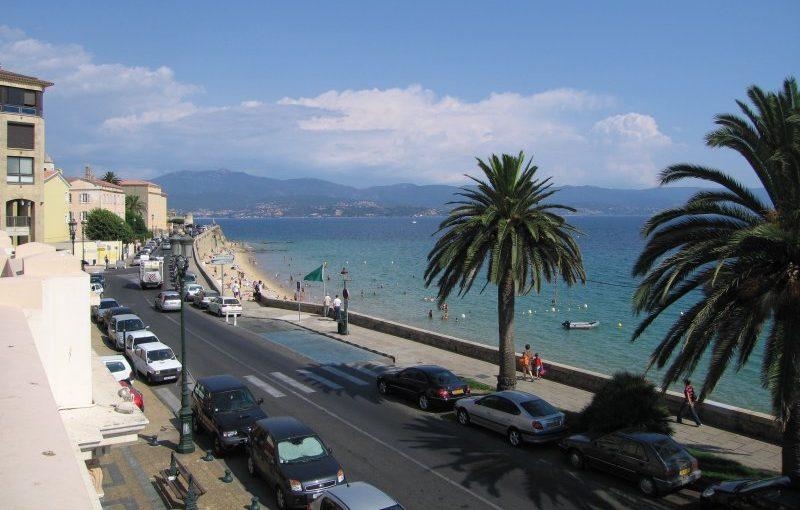 Ajaccio er hovedbyen på den største franske ø i Middelhavet, Korsika, der er på størrelse med græske Kreta. Korsika bliver nu gul i de danske rejsevejledninger. Wkipedia-foto.