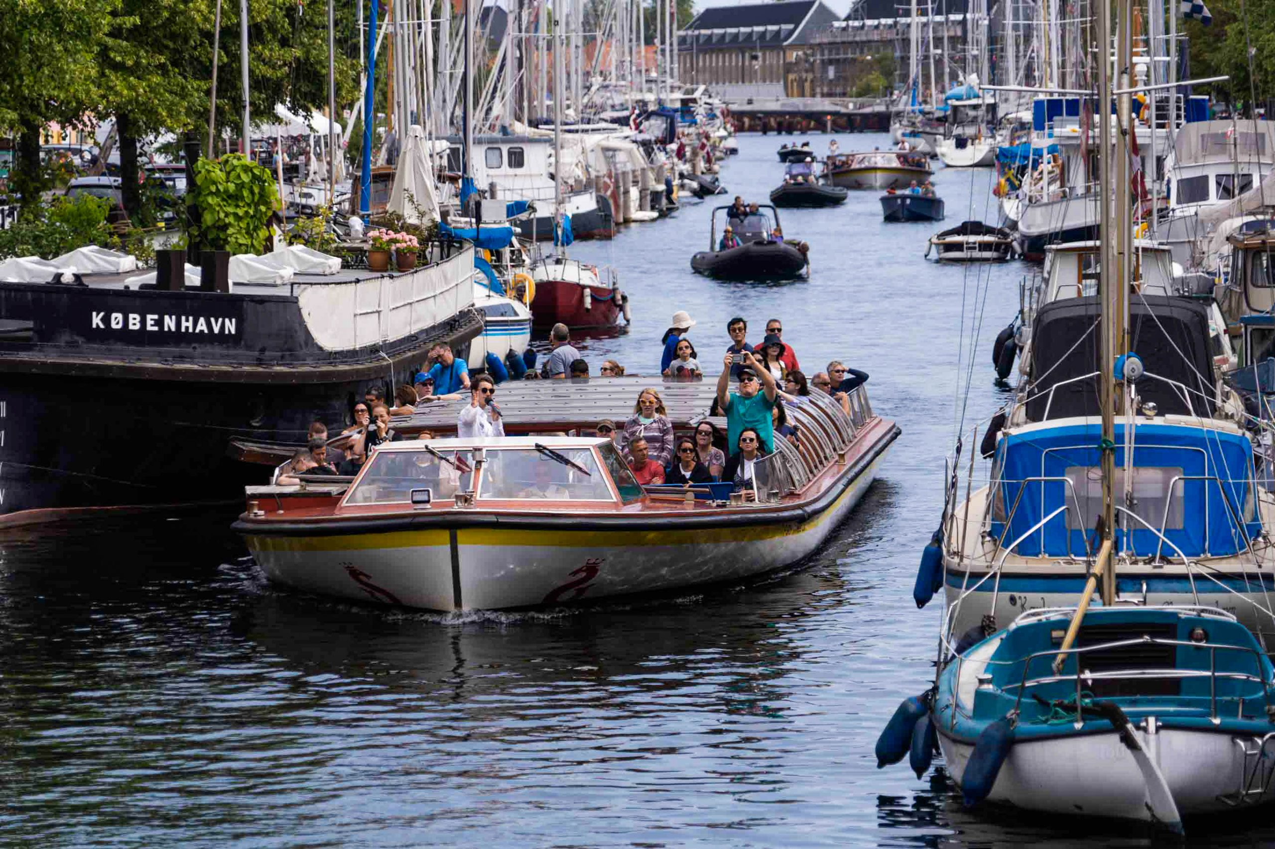 Kanalbådene fra Stromma har i snit plads til 168 passagerer, men under coronarestriktionerne sejles der kun med det halve antal. Foto: Stromma Danmark.