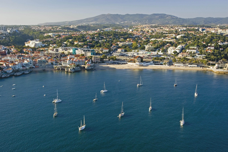 Portugal er et af de i første omgang få lande, der forventes helt eller delvist genåbnet for rejser til når de danske rejsevejledninger justeres fredag eftermiddag. Her arkivfoto fra Cascais-området ved Lissabon fra Turismo Cascais.