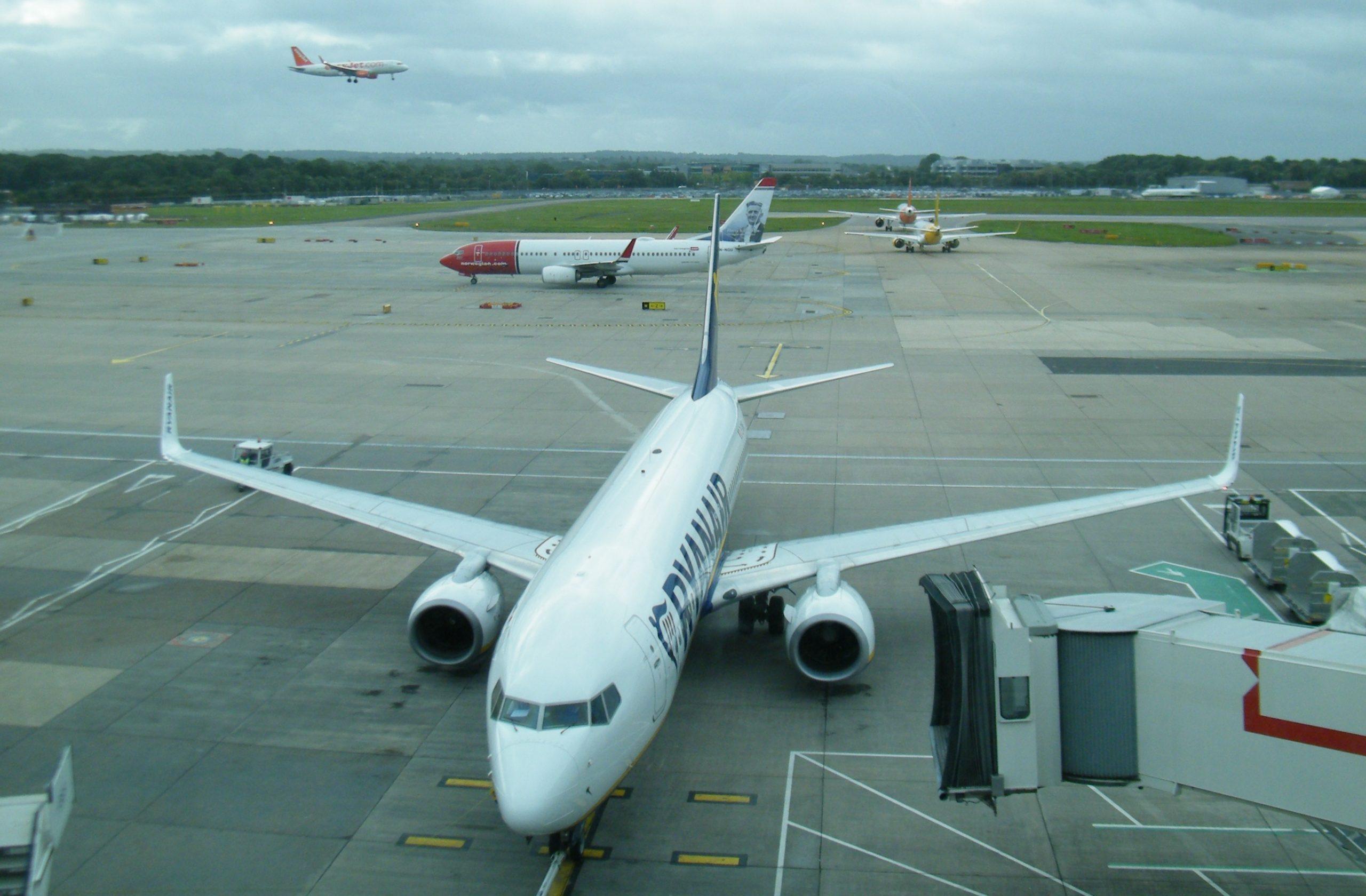 Ryanair i London Gatwick-lufthavnen med to af sine konkurrenter i baggrunden, Norwegian og Easyjet. Arkivfoto: Henrik Baumgarten.