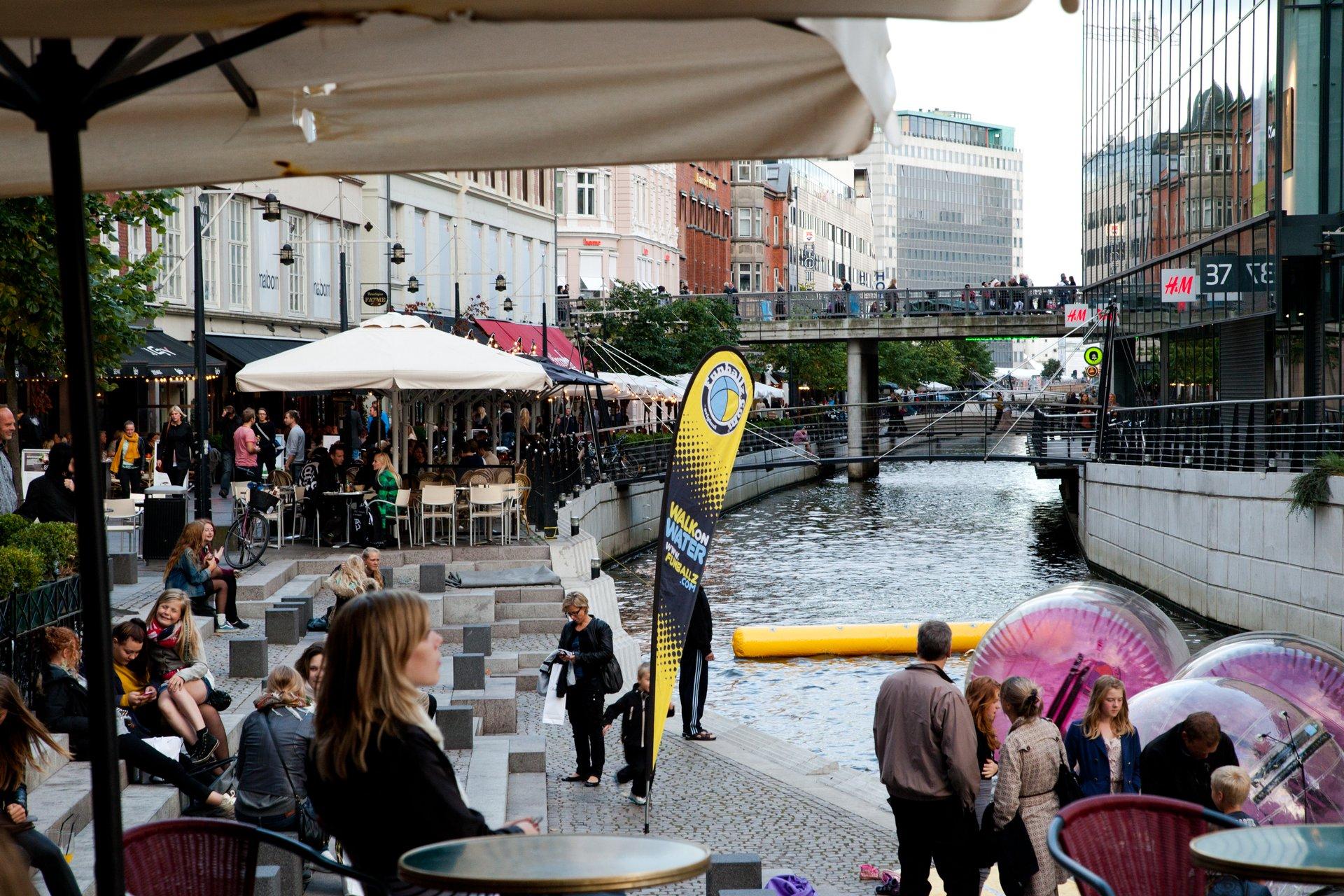 Aarhus udvider sin turistservice med cyklende velkomstteams, der kan hjælpe byens gæster. Arkivpressefoto fra VisitDenmark: Kim Wyon.