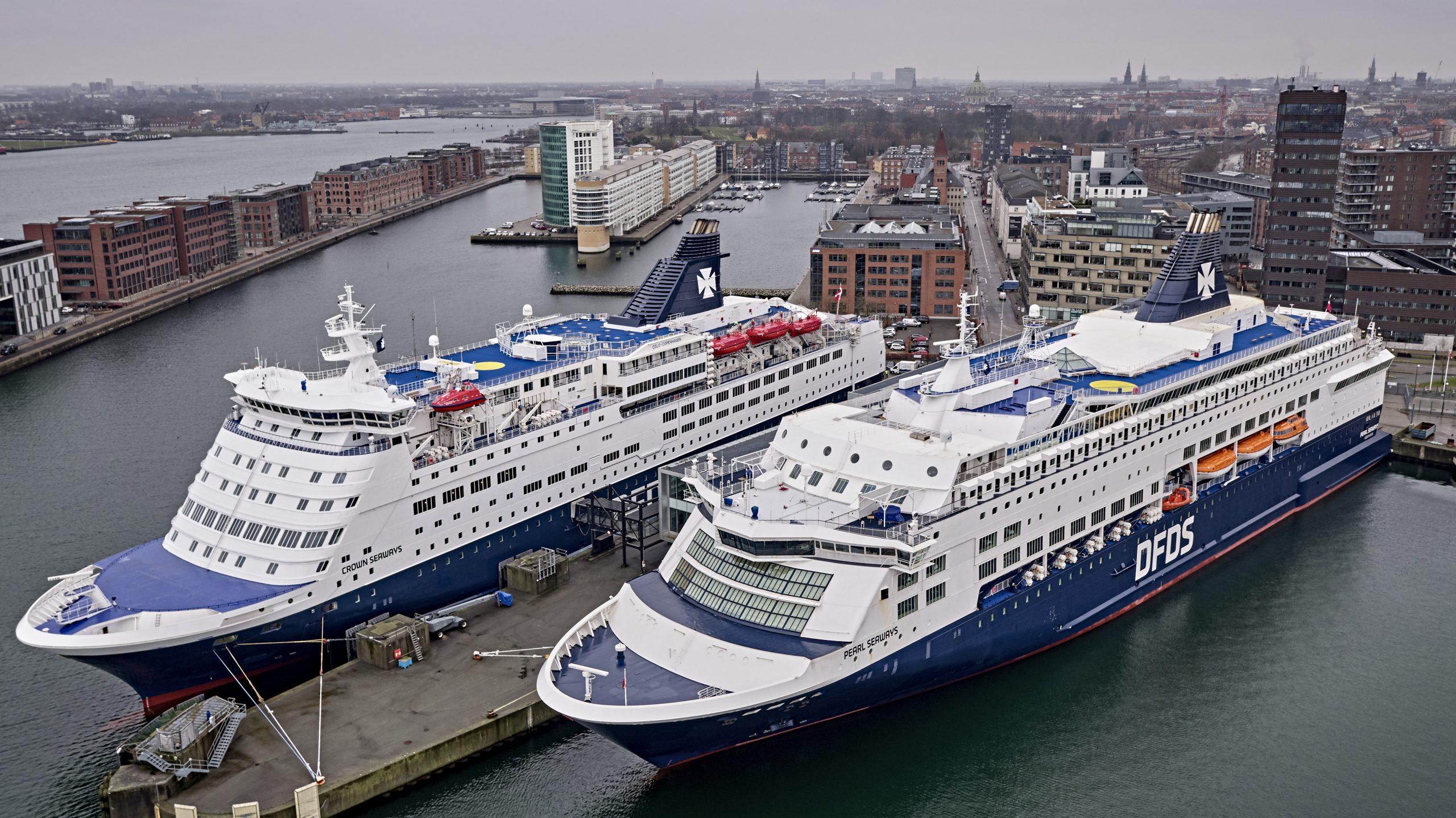 De to DFDS-færger på København-Oslo-ruten, Crown Seaways, til venstre, og Pearl Seaways, har siden januar ligget stille i Københavns Havn på grund af coronakrisen. Fra juli sejler de igen, og fra efteråret kan de bruge landstrøm i Københavns Havn. Arkivpressefoto: DFDS.