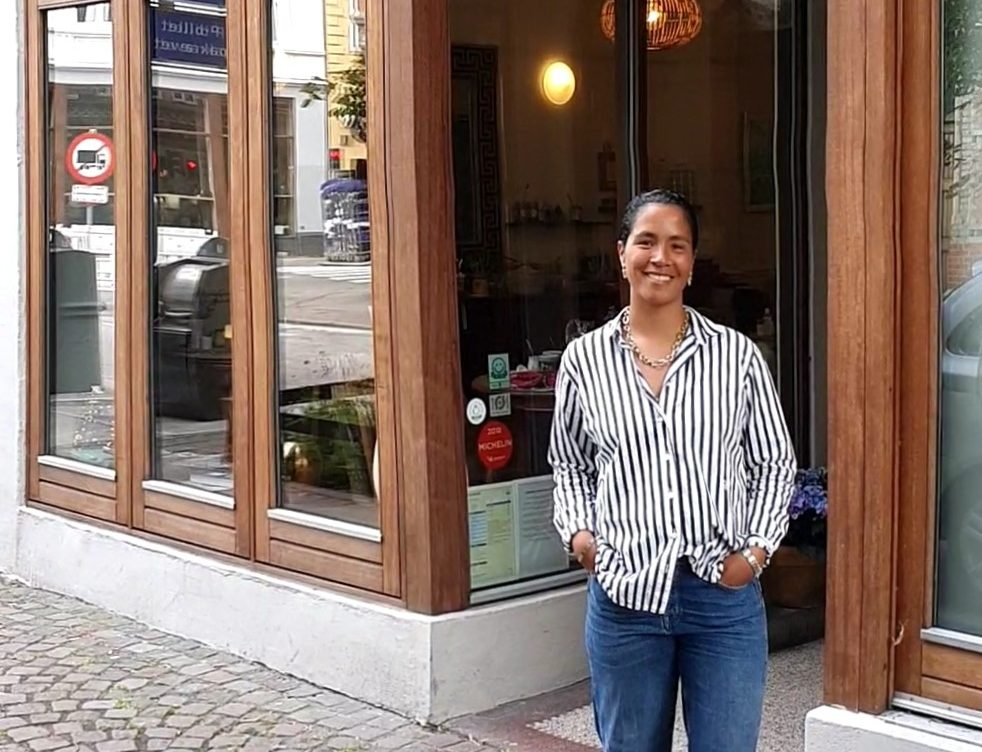 Boutiquehotellet Hotel Guldsmeden Aarhus med blot 32 værelser får Sofia Stenstrup-Jepsen som ny ejer. Her står hun foran hotellet. Privatfoto.
