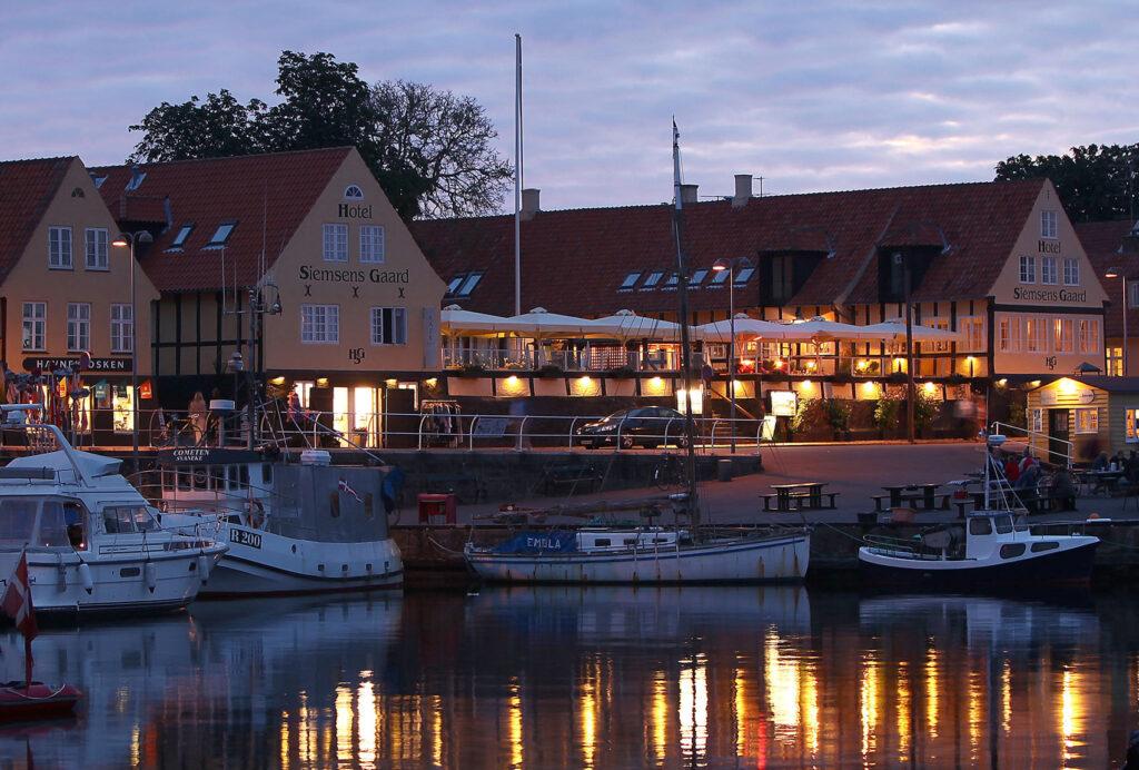 Hotel Siemsens Gaard i bornholmske Svaneke har fået ny ejer, der er kommet i konflikt med fagbevægelsen. Arkivpressefoto fra VisitDenmark.