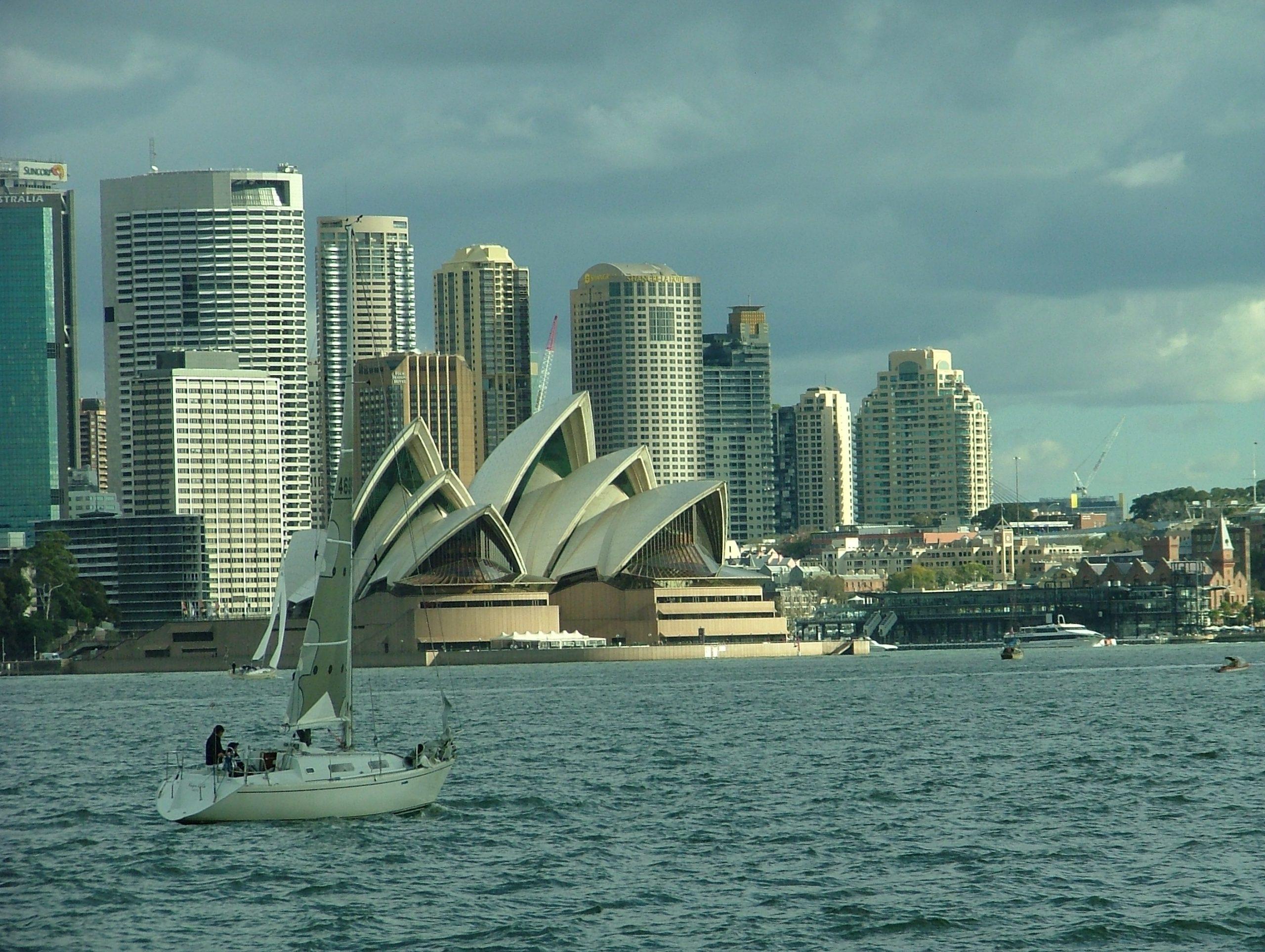 Der er indtil videre lukket for udenlandske turister til Australien, der håbes på genåbning næste år. Her arkivfoto fra Sydney med blandt andet det berømte operahus: Henrik Baumgarten.