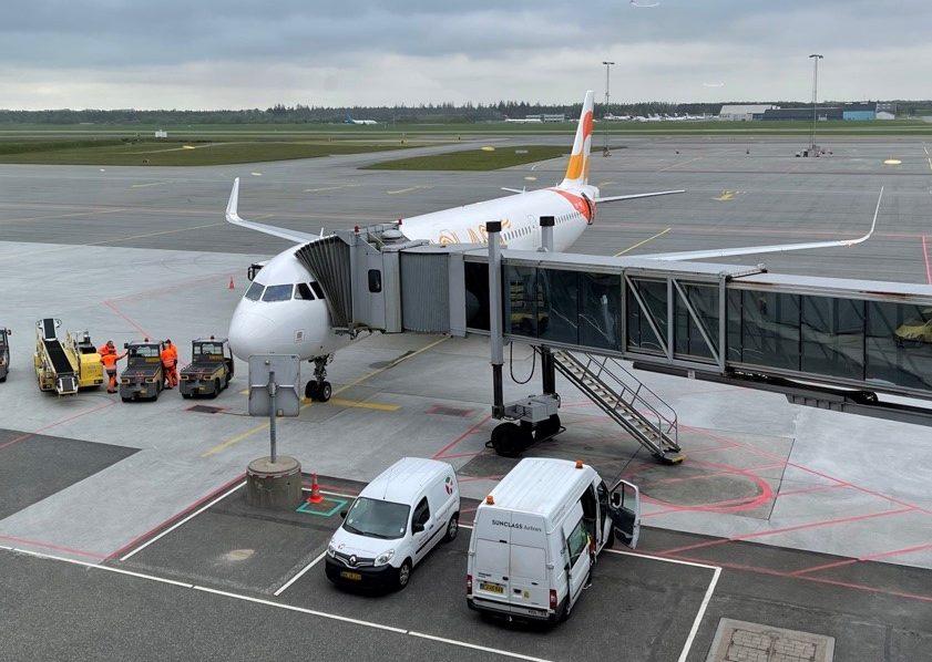 Det er stadig muligt at finde billige charterrejser til Sydeuropa i skolernes sommerferie. Her holder for eksempel Sunclass Airlines klar i Billund Lufthavn. Arkivfoto.