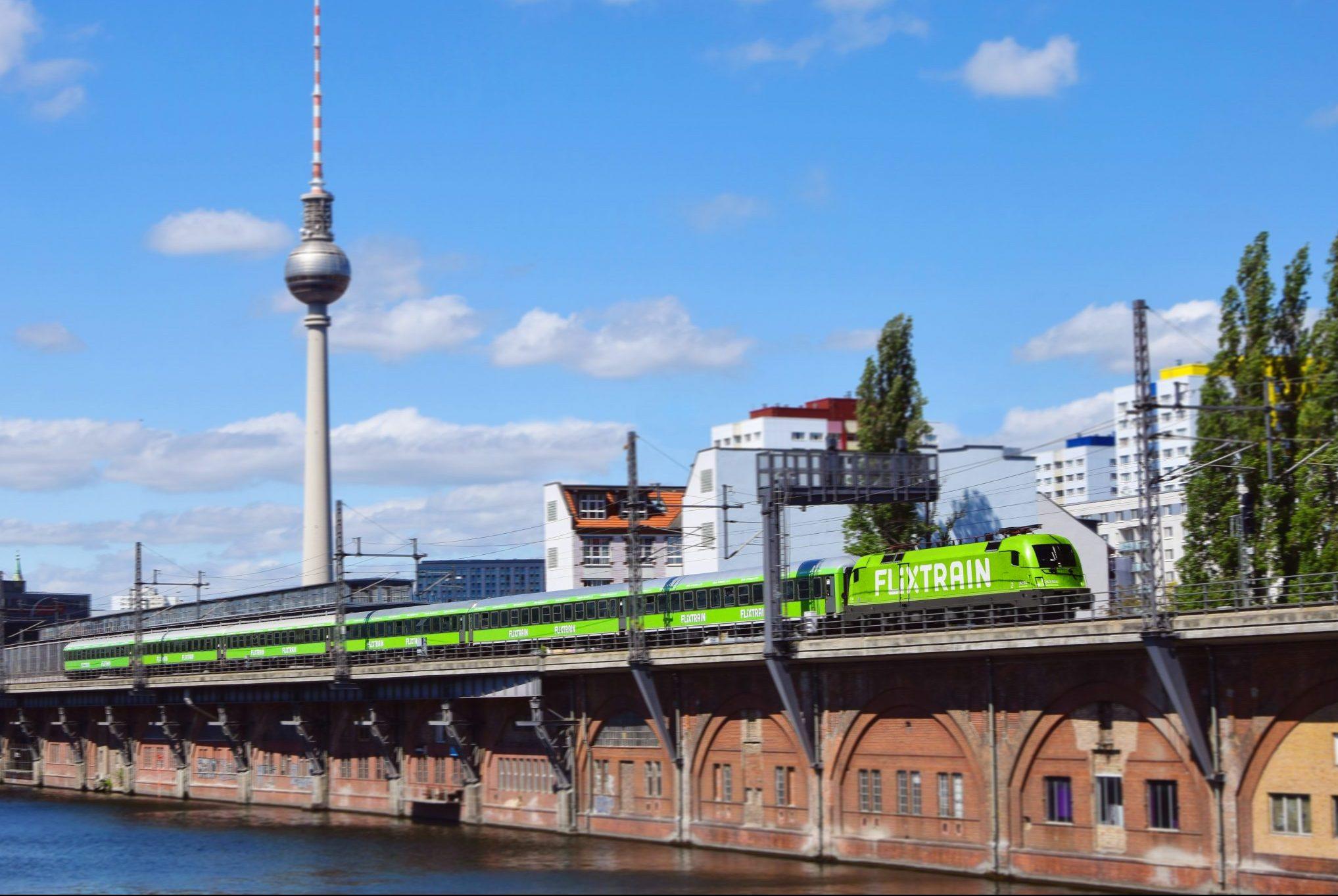 FlixTrain udvider betjeningen af sit tyske hjemmemarked, mens der før var ruter mellem 15 tyske byer, stiger tallet i disse måneder til 40. Her er selskabet på banen i Berlin. Pressefoto: FlixTrain.