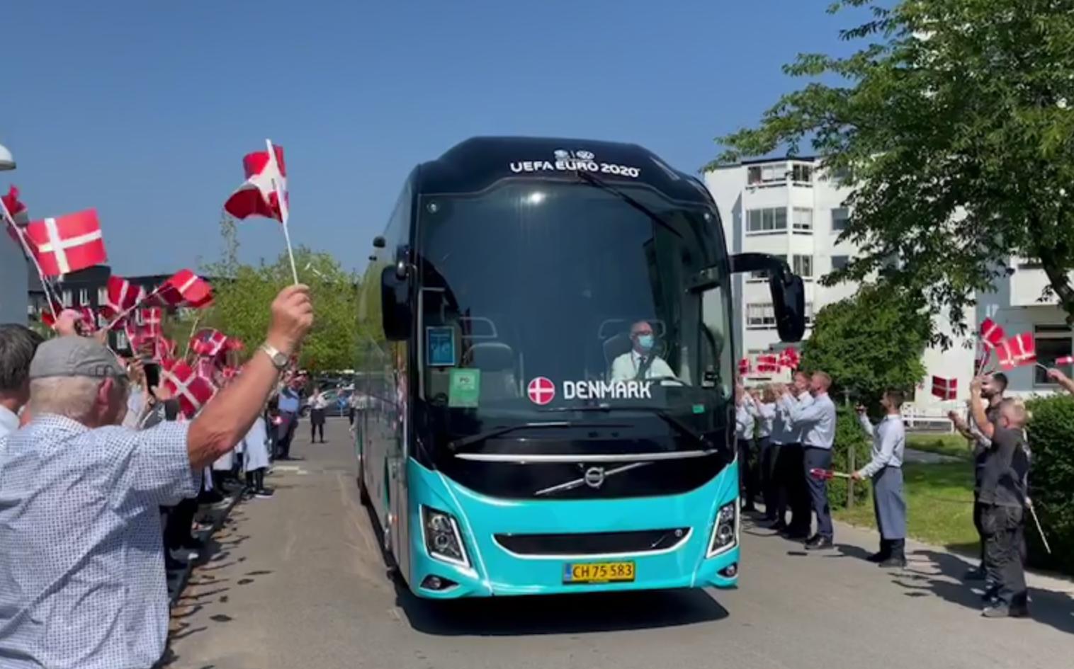 Fodboldlandsholdet rejser fredag til Amsterdam, hvor det lørdag spiller ottendelsfinale mod Wales. Her forlader landsholdsbussen landsholdets hotel, Marienlyst ved Helsingør, til gruppekampen mod Belgien. Foto: Hotel Marienlyst.