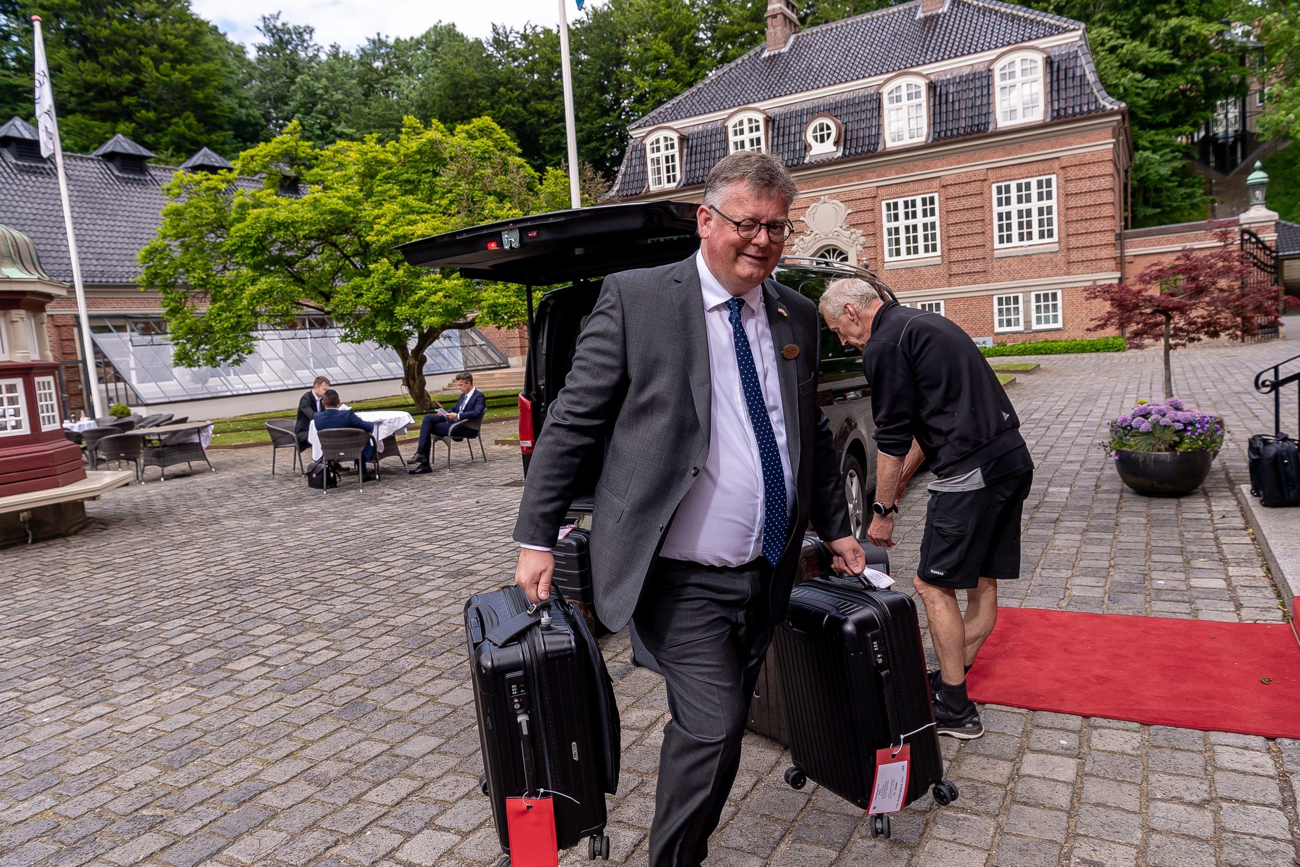 Der er atter travlhed i møde- og eventbranchen samt på hoteller og konferencesteder. Her giver direktør Peder Madsen en hånd med bagagen på Hotel Koldingfjord ved besøget tidligere på måneden fra den tyske forbundspræsident. Pressefoto: Hotel Koldingfjord.