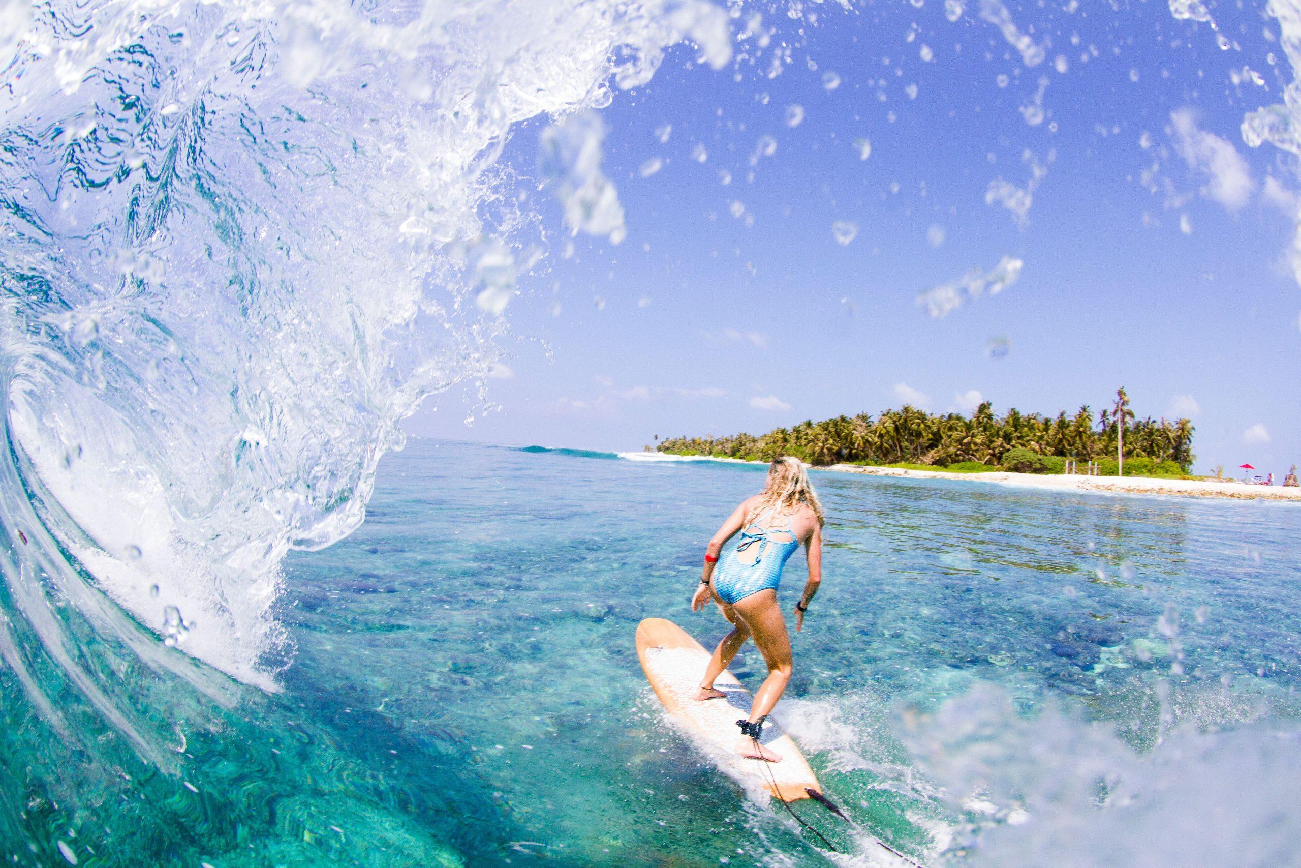 Det københavnske rejsebureau De Brede Planker har igen til oktober en unik surfferie ved Maldiverne. Pressefoto: DBP Adventures.