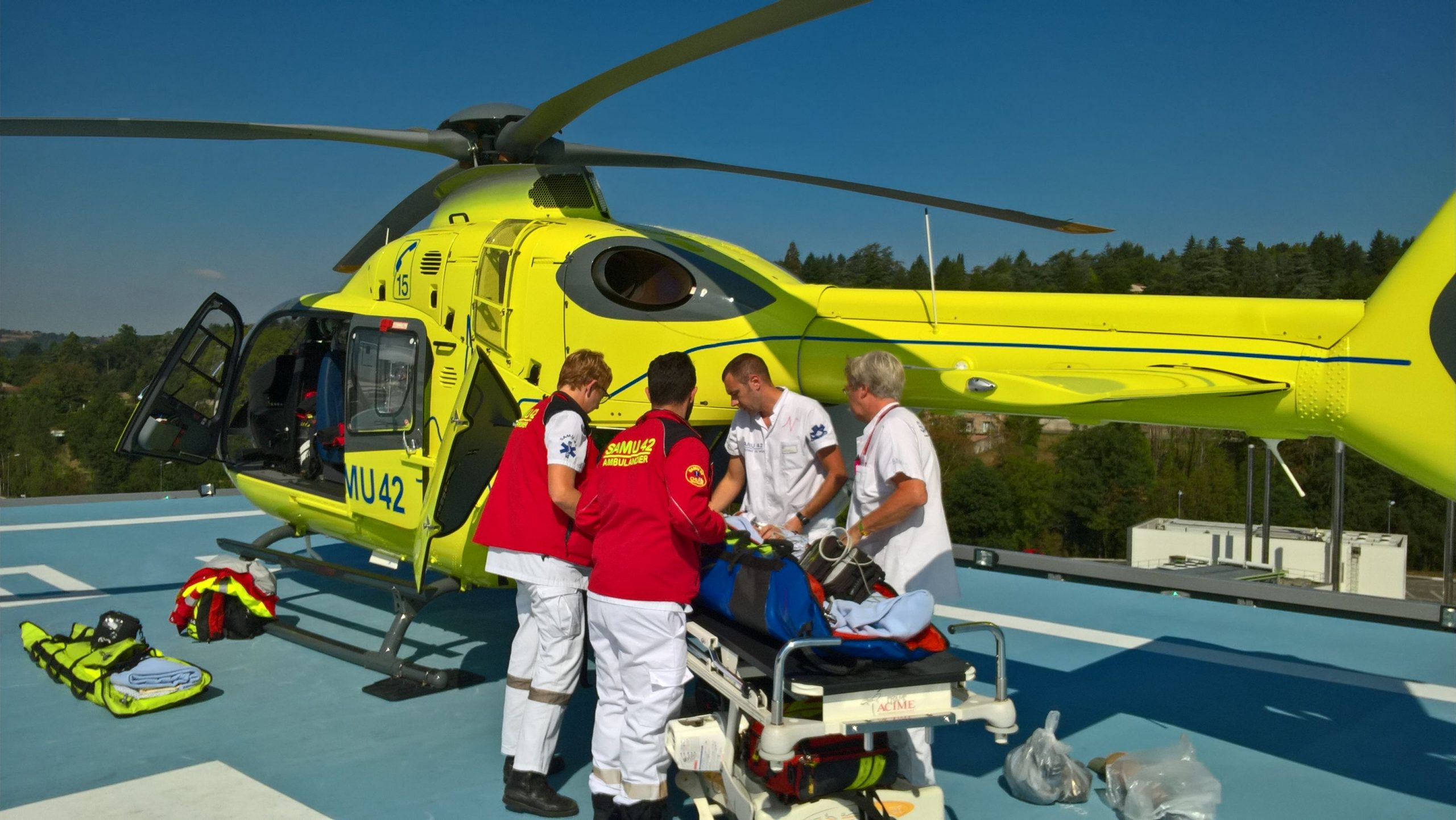 Mange forsikringsselskaber har rejseforsikringer, men der kan være forskel på, hvad de tilbyder i forhold til specialforsikringsselskaber med kun fokus på rejseforsikringer. Arkivpressefoto med en H135-redningshelikopter fra Airbus.