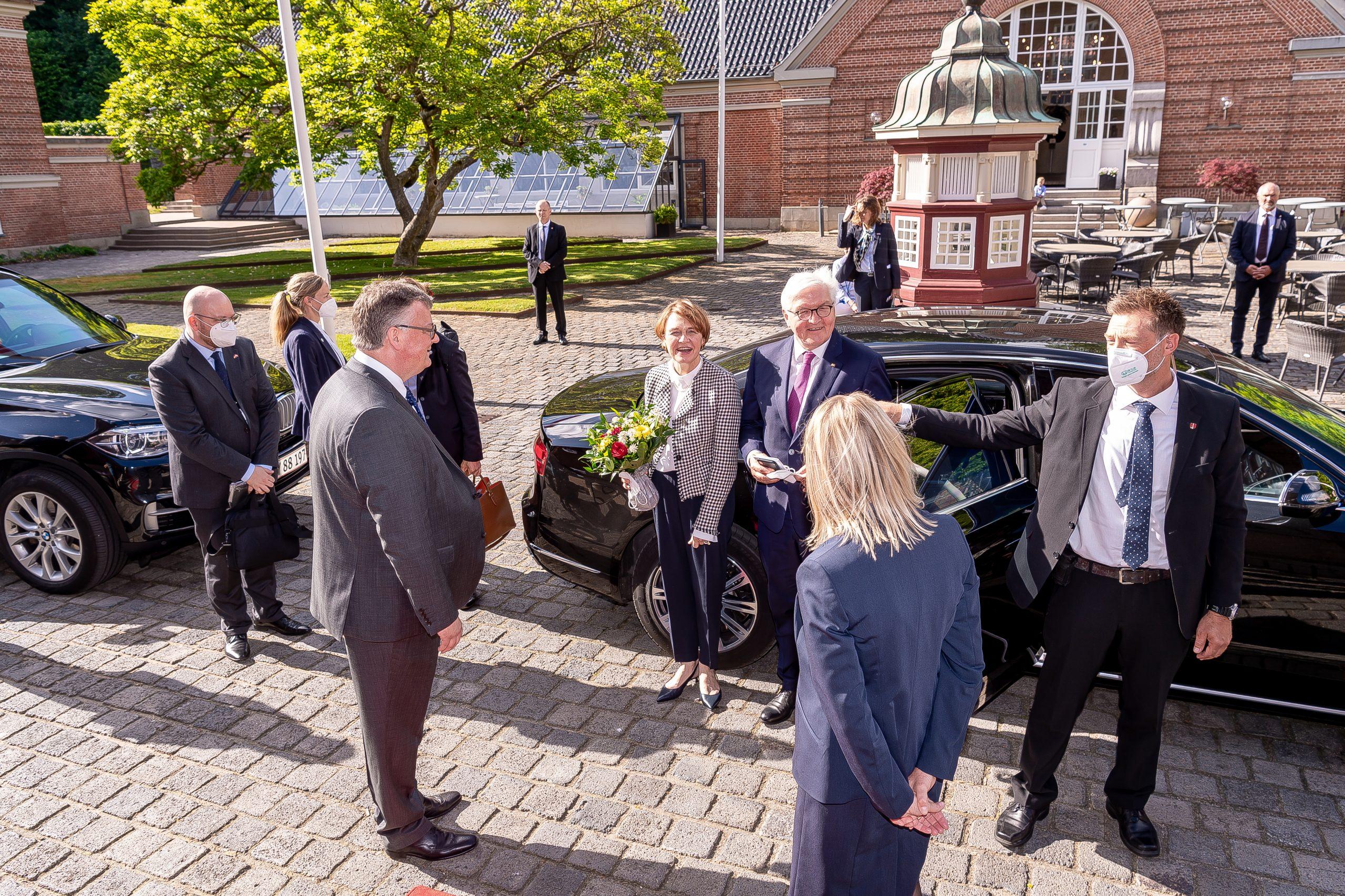 Den tyske forbundspræsident, Frank-Walter Steinmeier, og frue, Elke Büdenbender, modtages ved ankomsten til Koldingfjord af hotellets direktør, Peder Madsen, til venstre, og hotelchef Mette Ahrendtsen, med ryggen til. Pressefoto fra Hotel Koldingfjord.