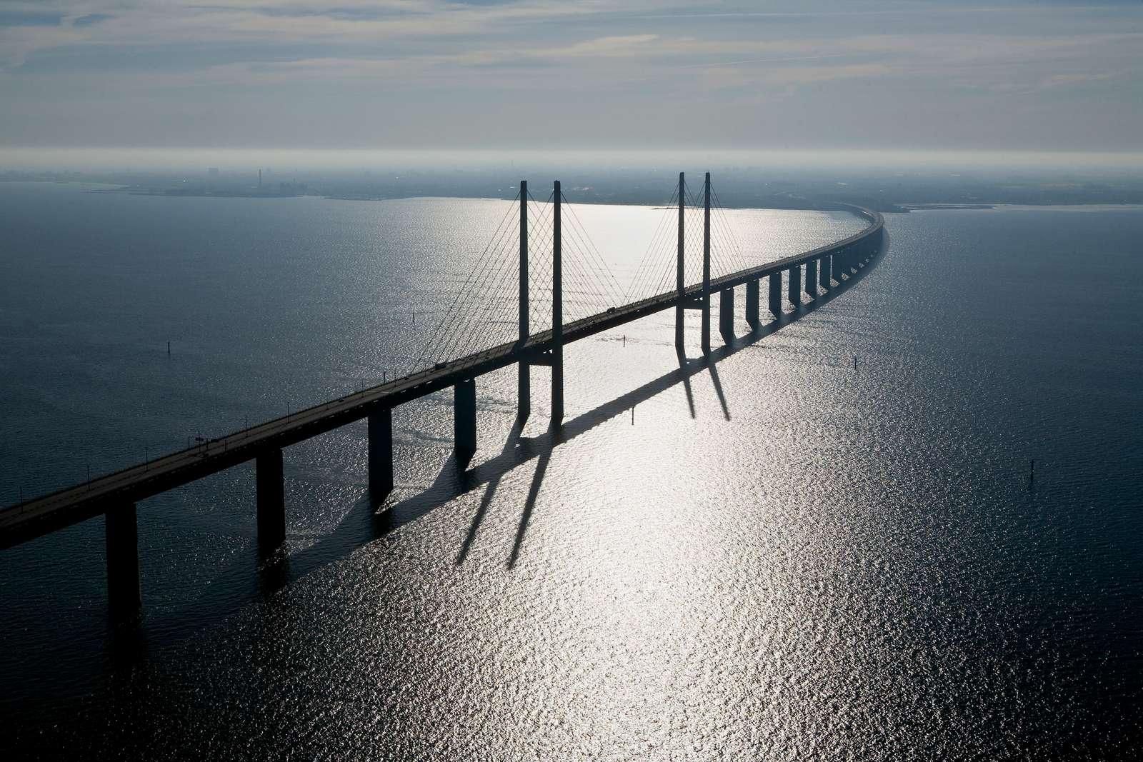Øresundsbron er den faste forbindelse mellem Danmark og Sverige. Den er 16 kilometer lang og består af en bro, en tunnel og den kunstige ø Peberholm. Arkivpressefoto fra Øresundsbron: Drago Prvulovic.