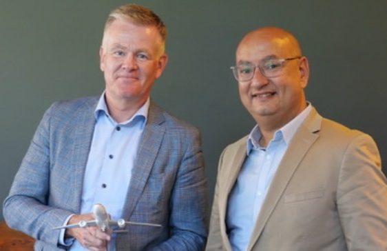 Henrik Lund, til venstre, ny nordisk salgschef for Egyptair i Norden, med Hesham Hanafy, flyselskabets chef for Norden og Baltikum. Foto: Global Airline Connect (GAC).