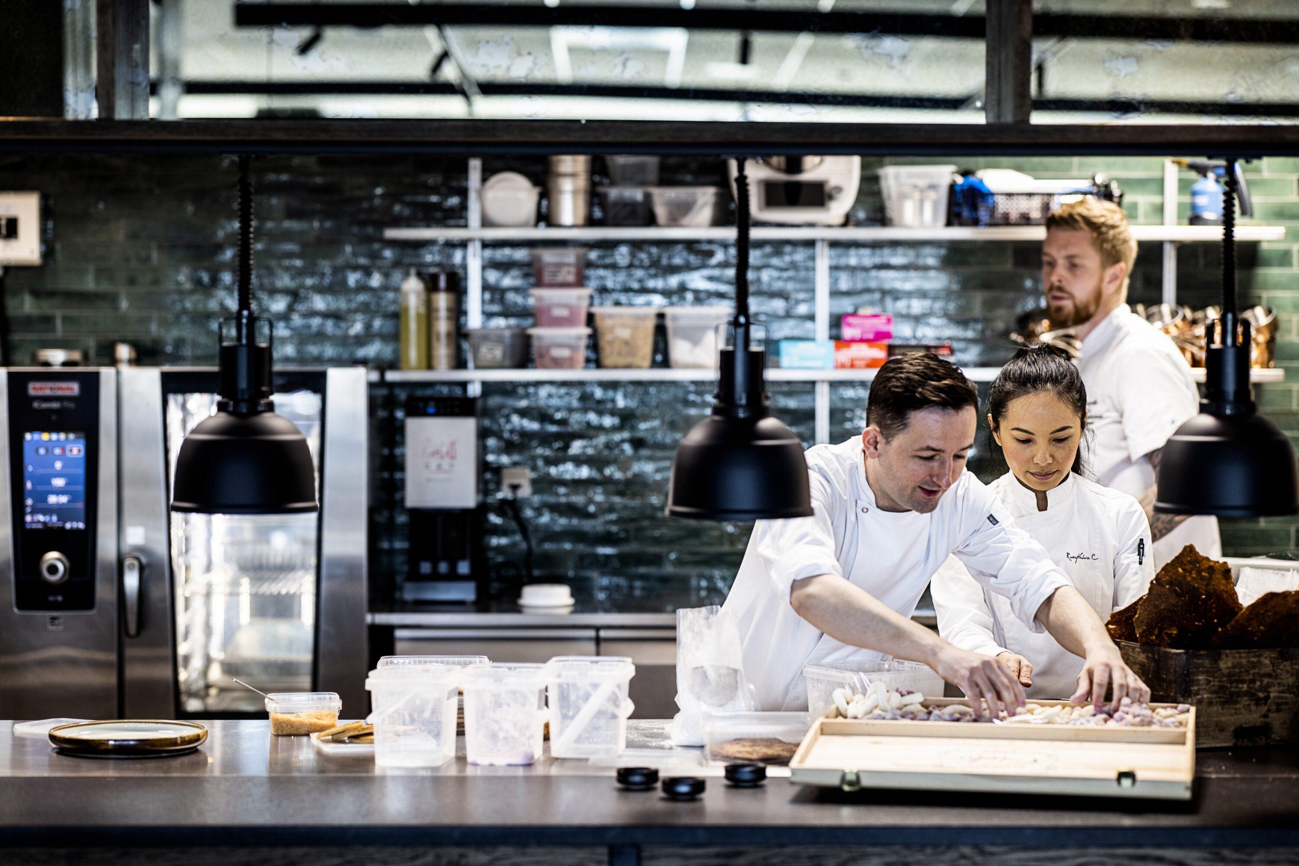 Comwell-kæden har reduceret madspild med 50 procent på varme retter til morgenmaden på grund af portionsanretning, i stedet for de store, traditionelle buffeter. PR-foto: Comwell Hotels.