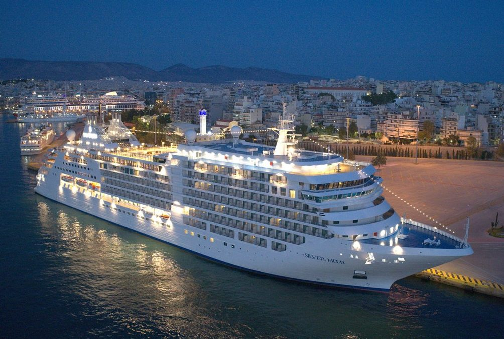 Silversea Moon ved kajen i Athens havneby, Piræus. Pressefoto: Silversea Cruises.