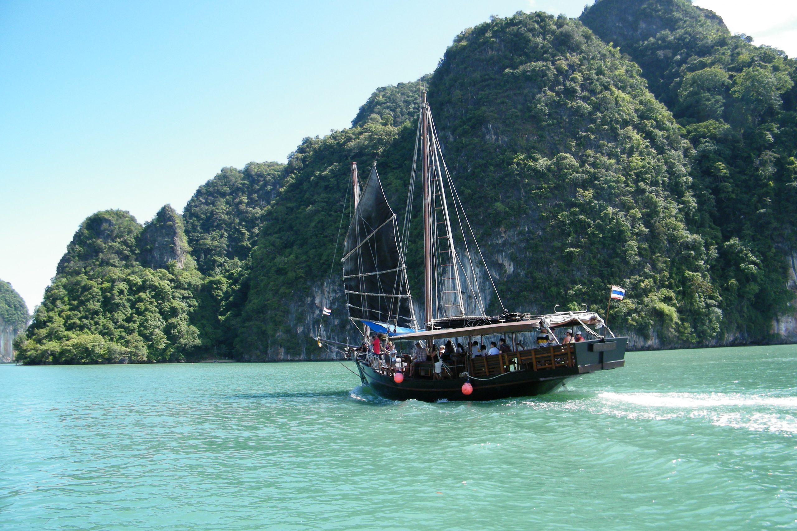 Phuket, Thailands største ø og landets næststørste turistdestination, er åbnet for færdigvaccinerede udenlandske turister. Arkivfoto fra farvandet omkring Phuket: Henrik Baumgarten.