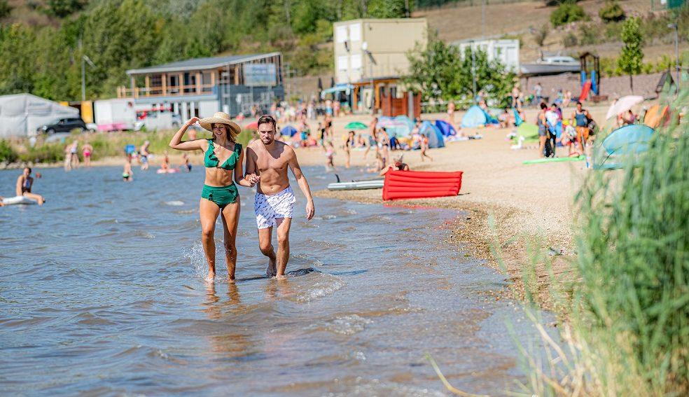 Geisteltalsee i delstaten Sachsen-Anhalt er Tyskland største kunstige sø, hvor badegæster blandt andet kan dykke og paddleboarde. Her er det ved Lido Stöbnitz. Pressefoto for Saale-Unstrut-Tourismus, Falko Matte.